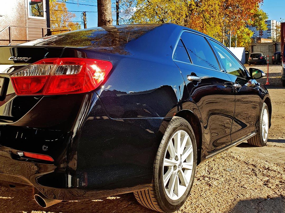 На фото автомобиль Toyota Camry при солнечном цвете. Проверяется качество полировки и гладкости защитного покрытия.