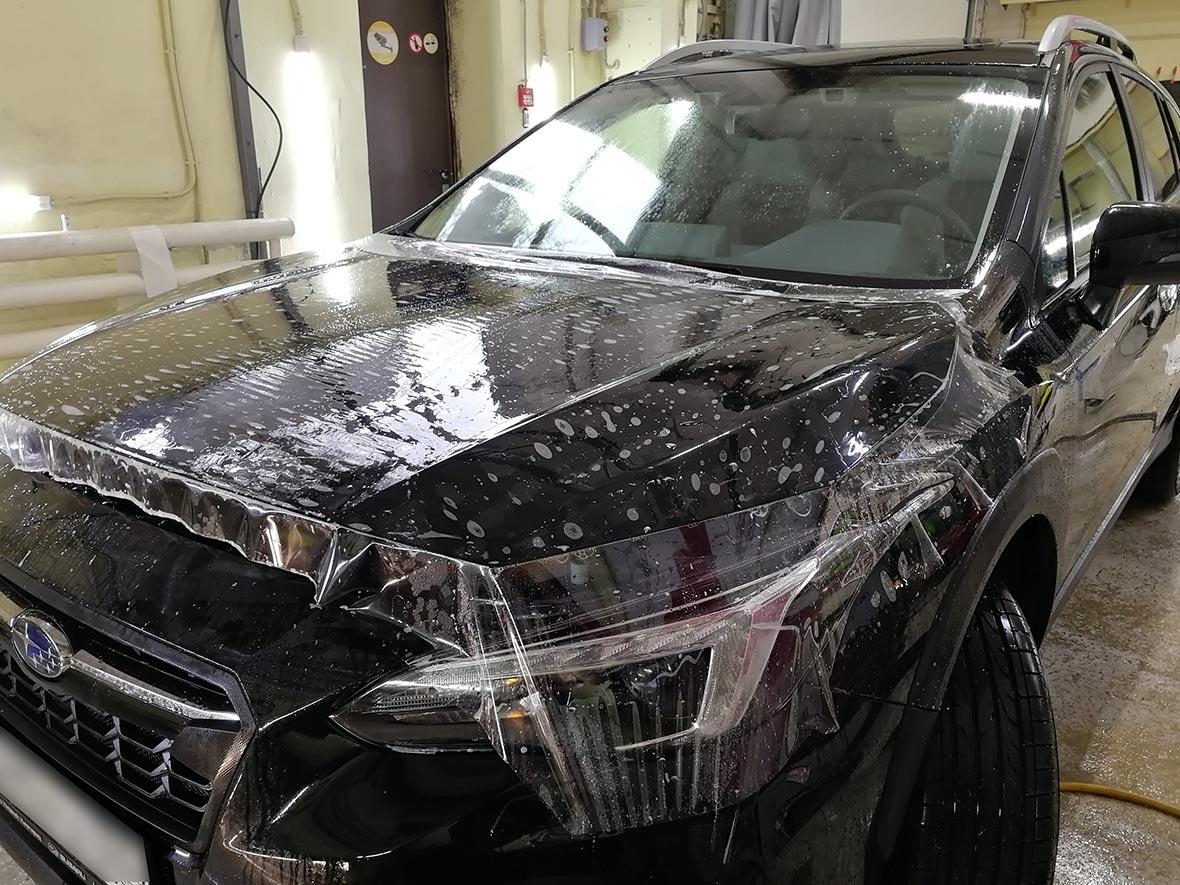 фото капот автомобиля с неразглаженной антигравийной пленкой.