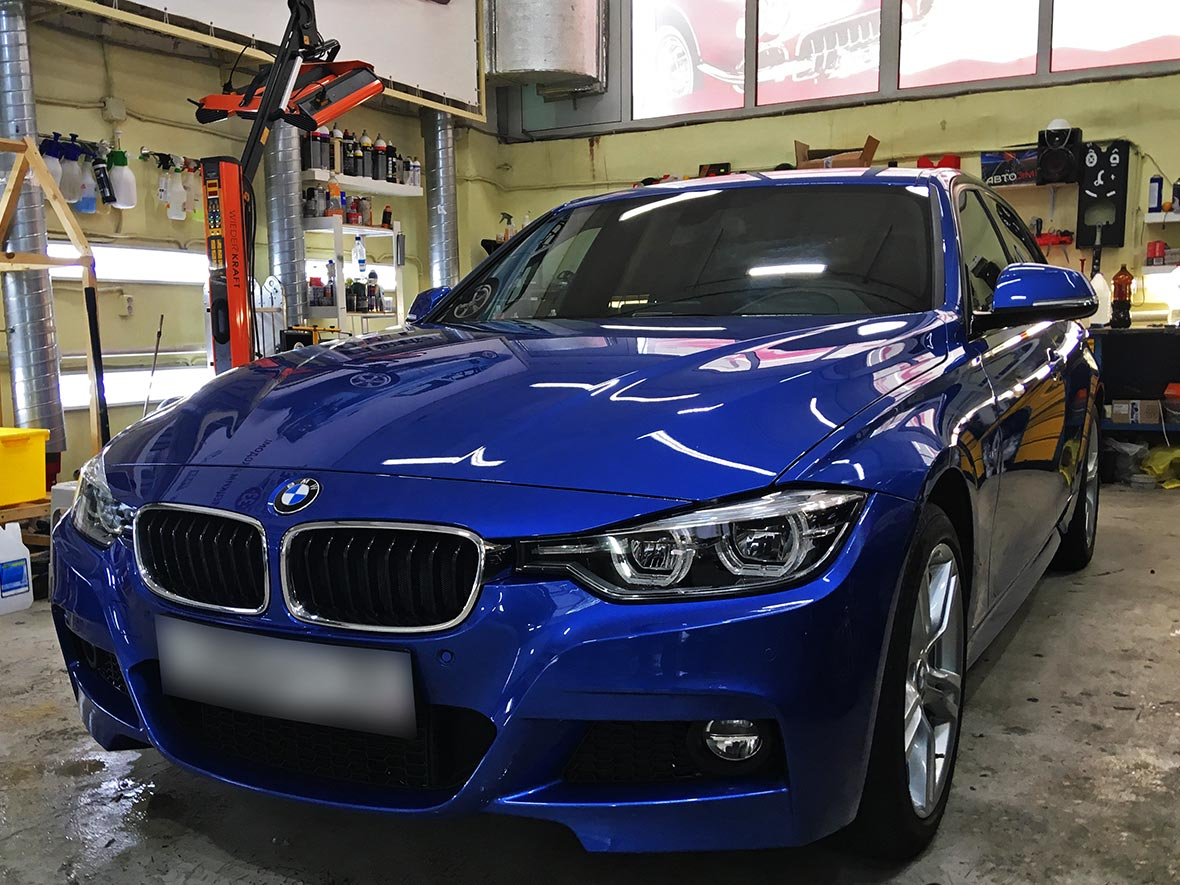 На фото автомобиль BMW, оклеенный антигравийной пленкой в мастерской «DT GARAGE 33» города Владимир.