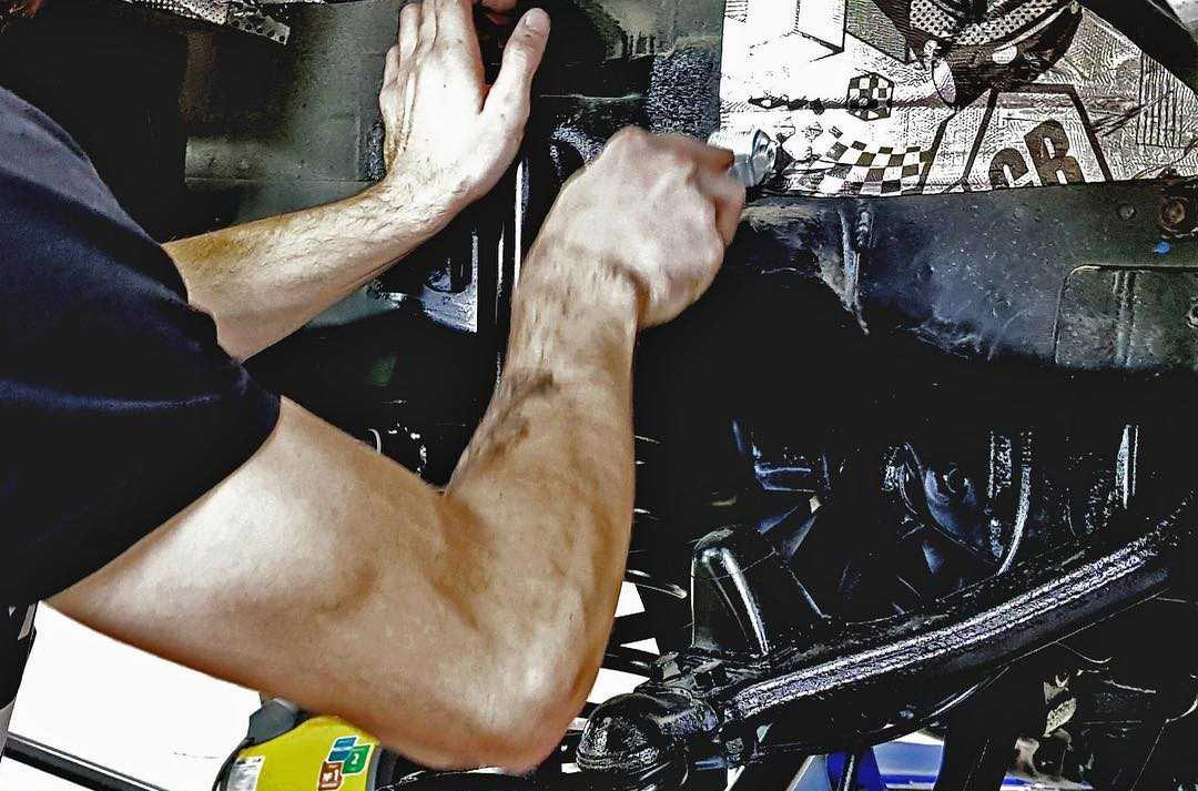 На фото мастер детейлинга «DT GARAGE 33» устанавливает самоклеящуюся защиту.