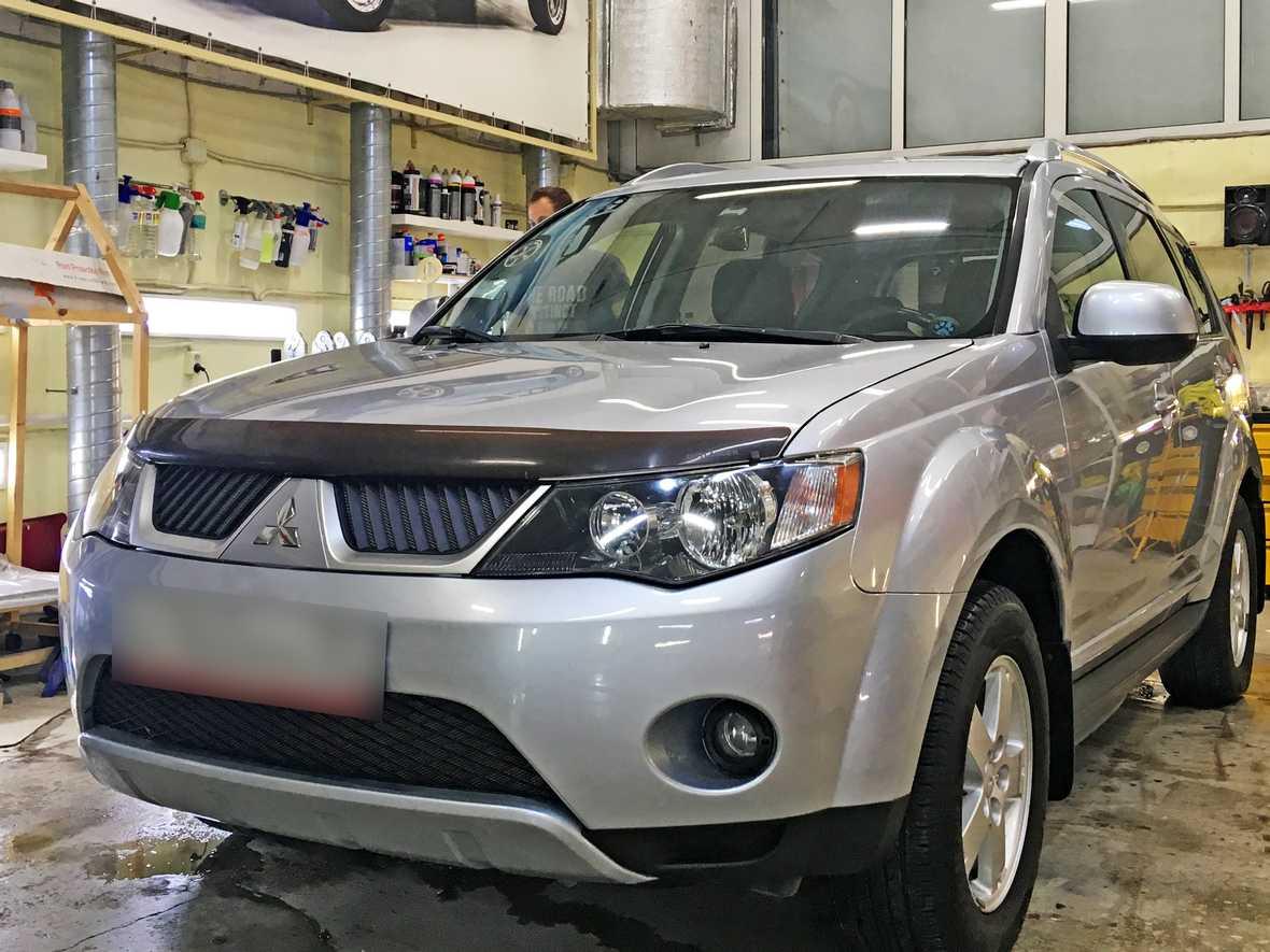 На фото Mitsubishi Outlander после обработки качественным жидким стеклом.