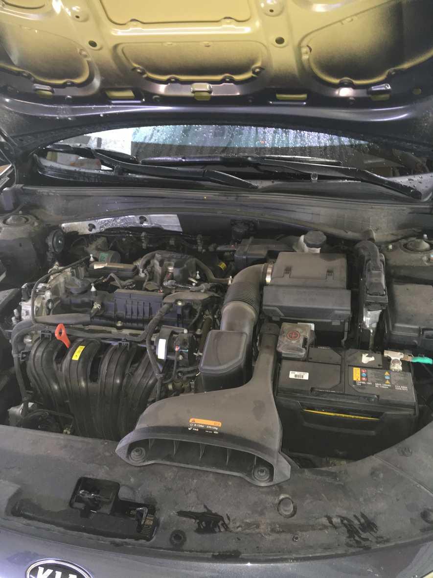 На фото двигатель автомобиля до химчистки подкапотного пространства.