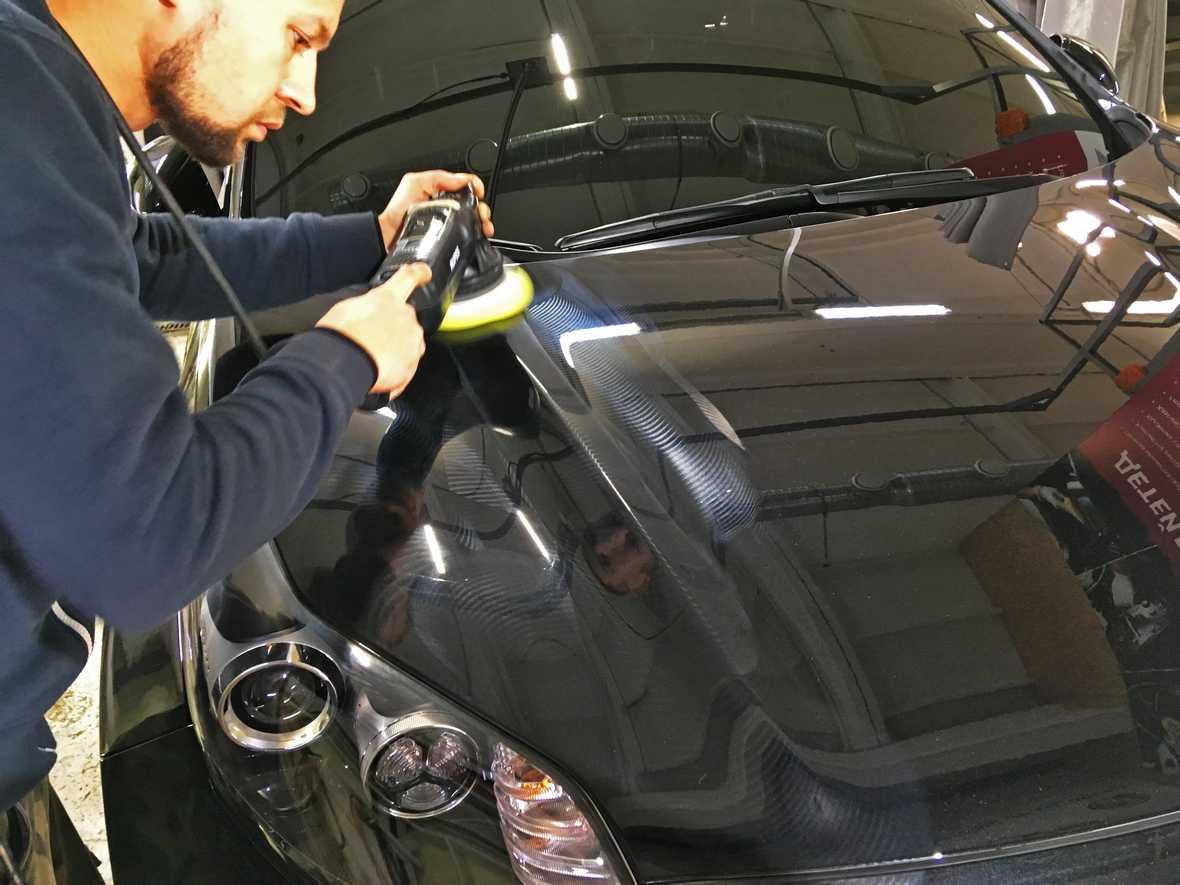 На фото мастер «DT GARAGE 33» выполняет восстановительную полировку KIA Sportage.