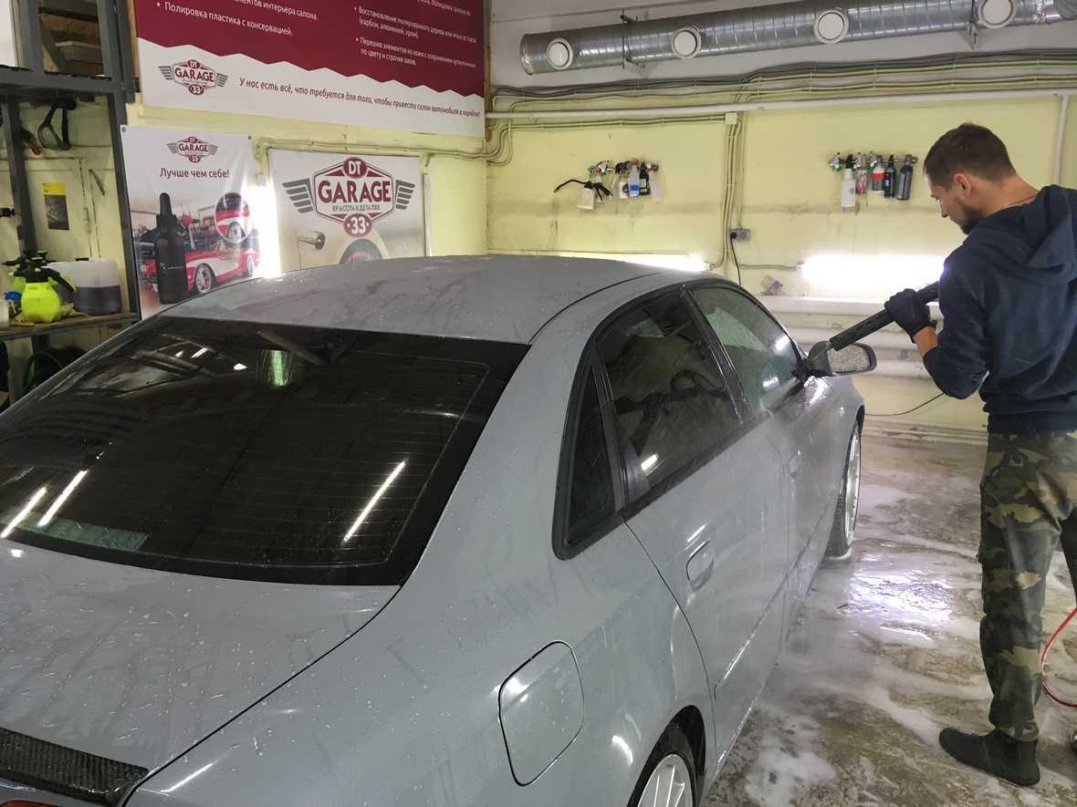 Мастер моет машину из АВД.
