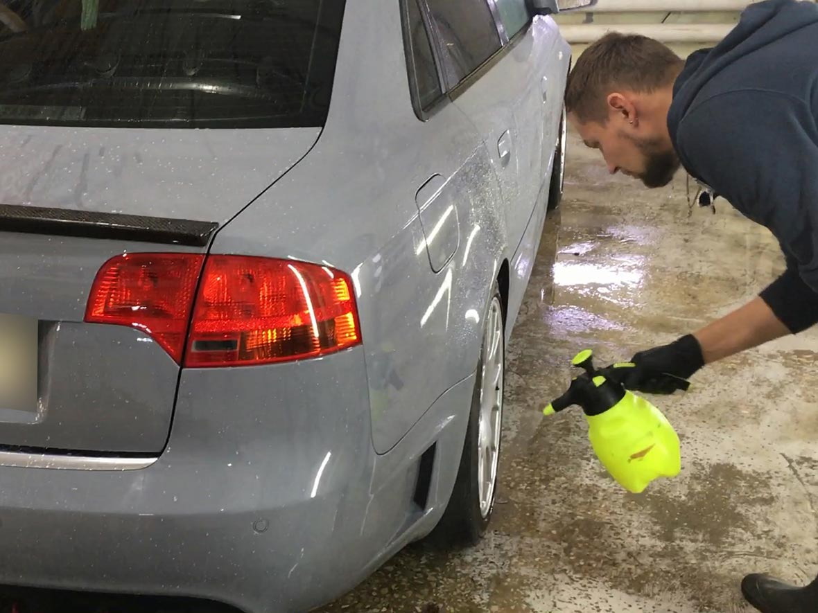 На фото мастер наносит на машину немецкий гидрофоб.