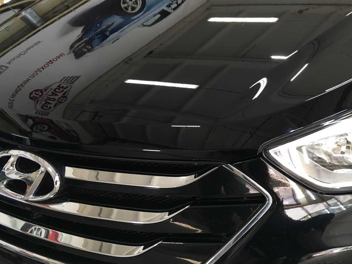 На фото капот Hyundai Santa Fe после ремонта сколов.