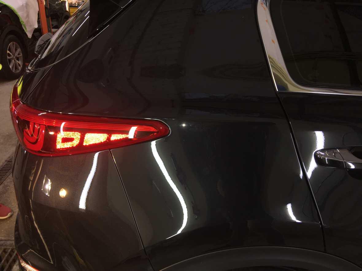 На фото крыло и задний фонарь KIA Sportage после восстановительной полировки.
