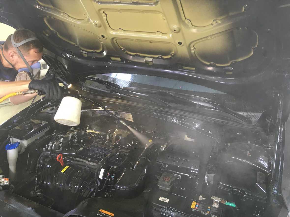 На фото процесс обработки мотора составом Golden Star.