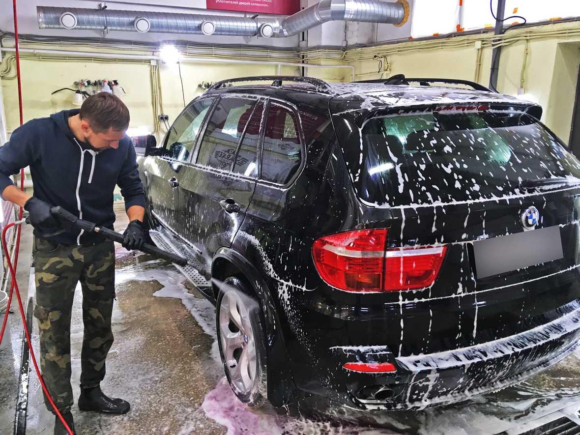 На фото смывание пены с BMW x5 с применением АВД.