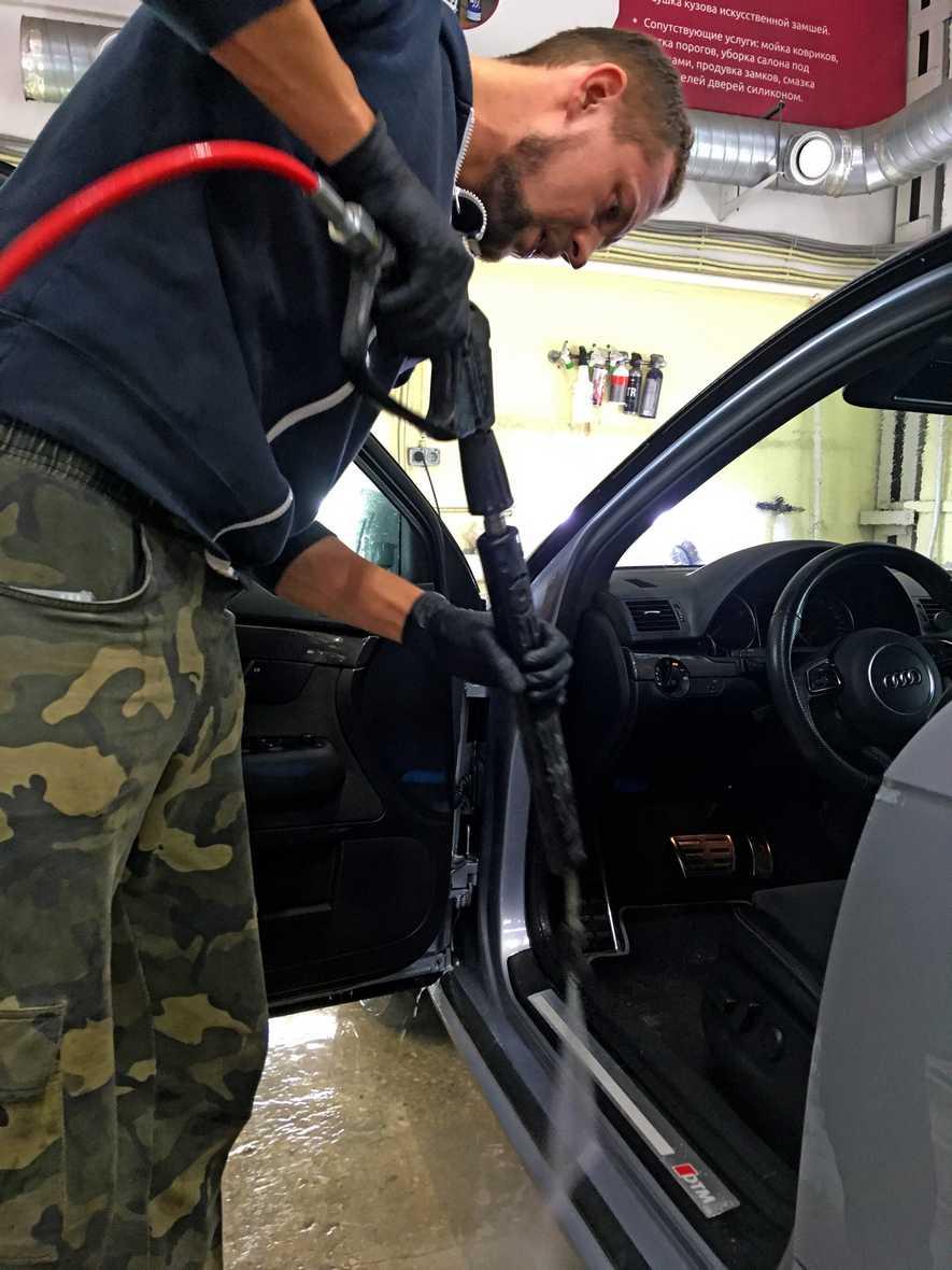 На фото мастер детейлинга в городе Владимир промывает дверной проем.