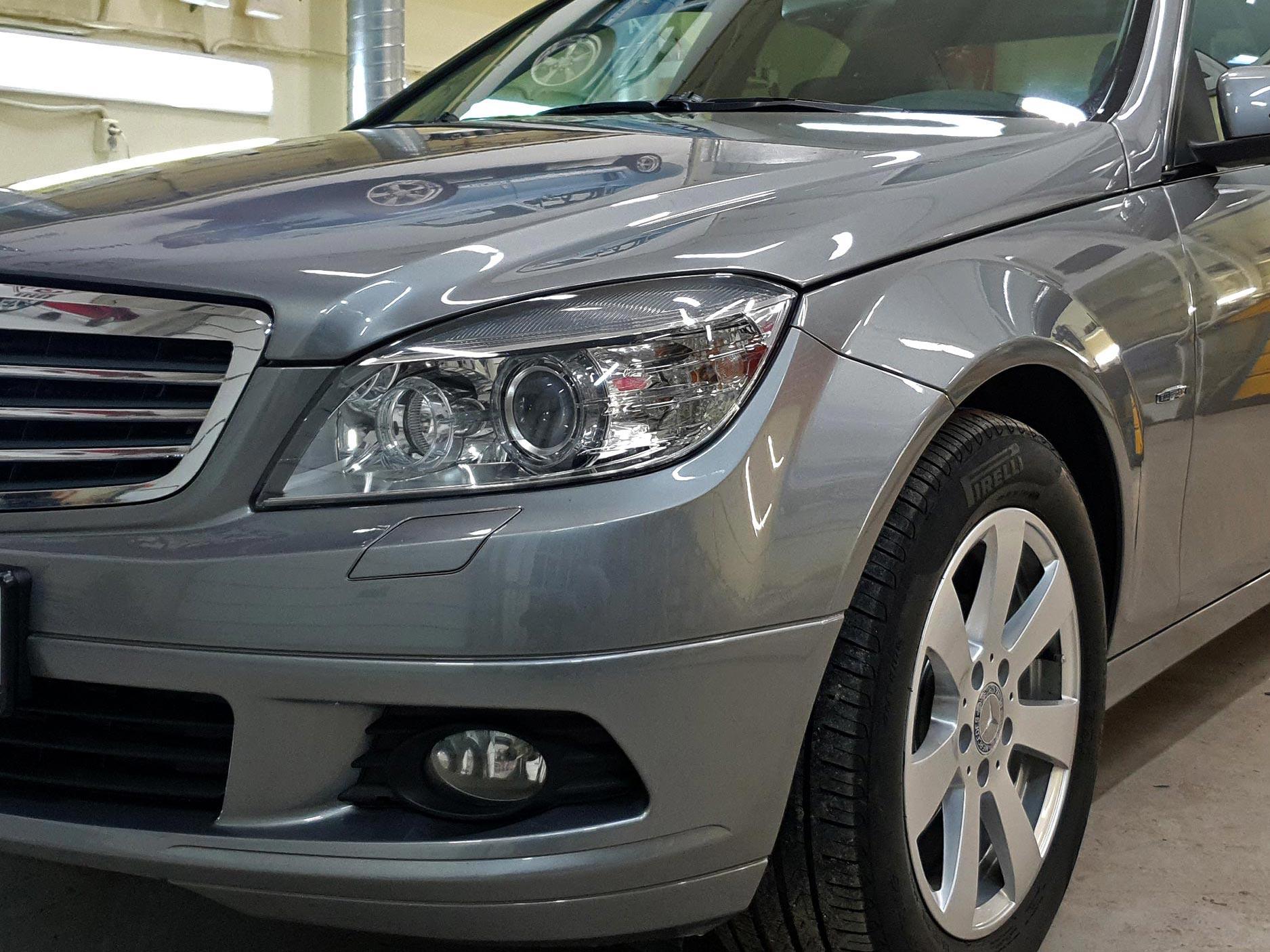 На фото передняя часть Mercedes-Benz C-klasse после обработки керамикой I-SHIELD 9H++