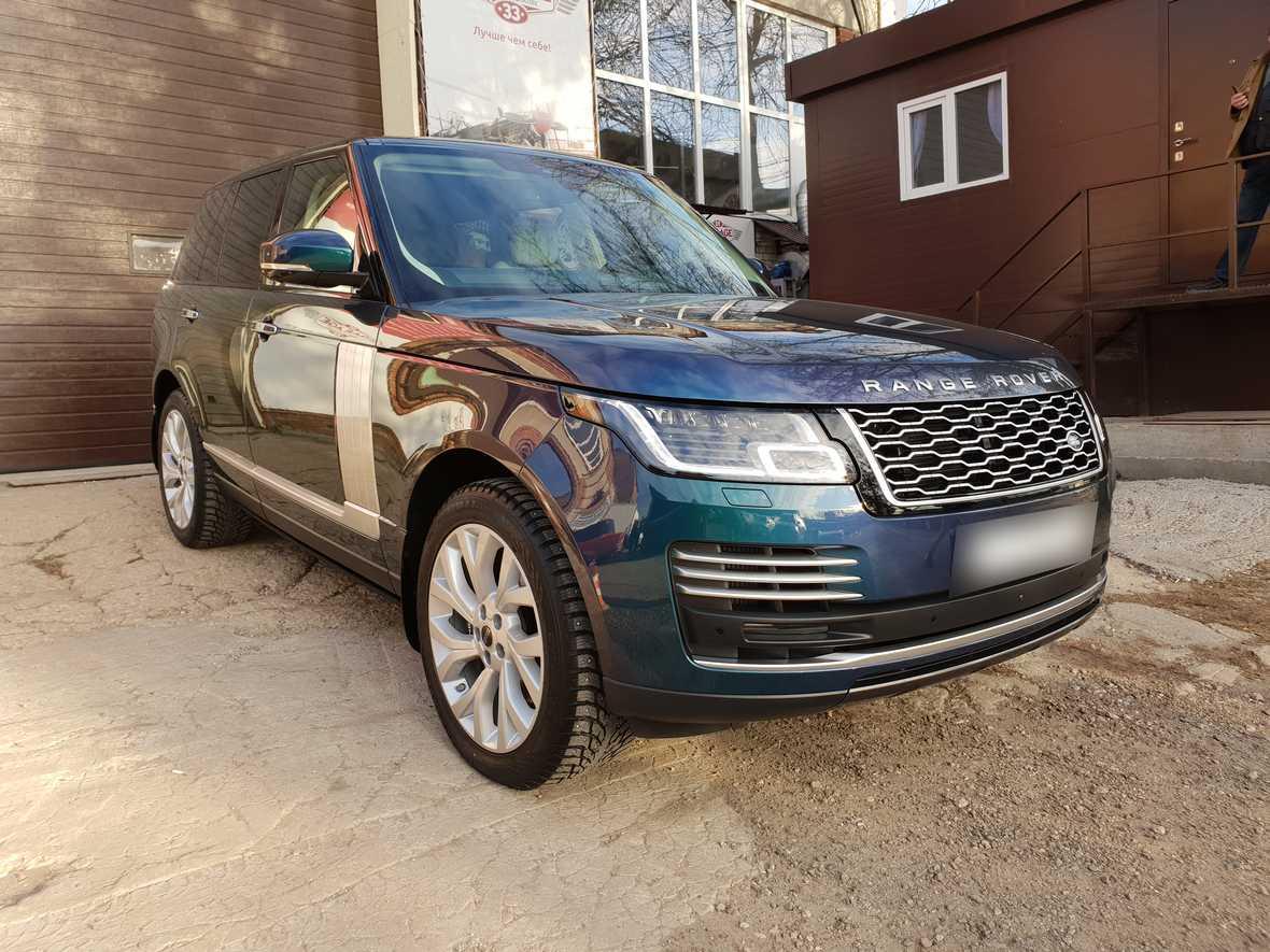 На фото передняя часть авто Range Rover IV. Именно эти области автомобиля нуждаются в серьезной защите.