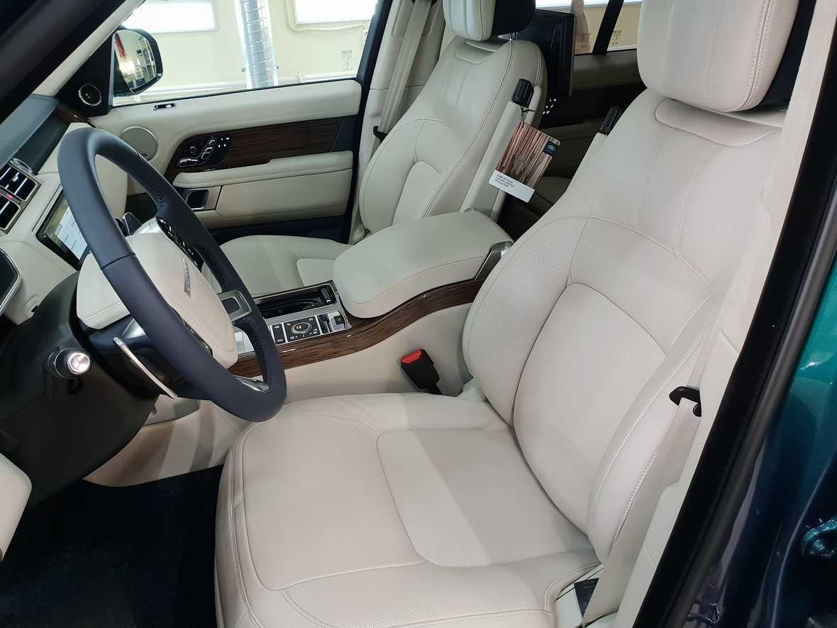 На фото светлый салона автомобиля Range Rover IV после обработки консервантом.