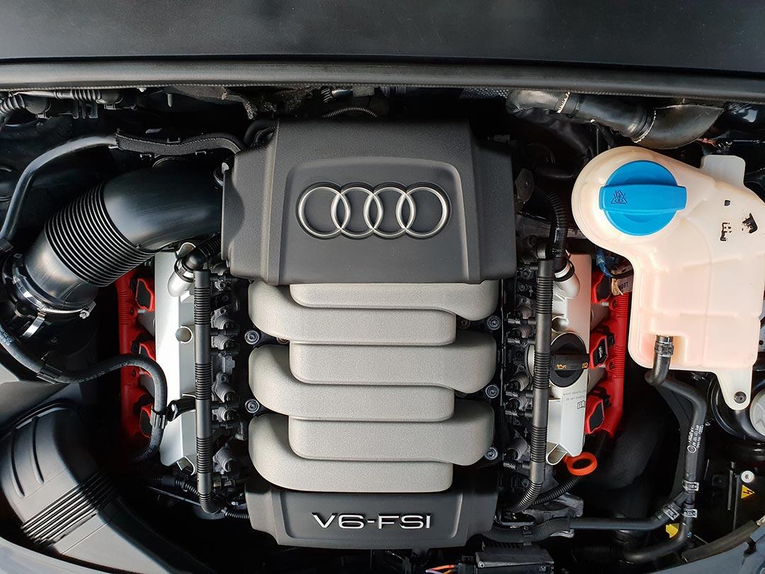 Смотреть на фото мотор Audi A6 после мойки с консервацией во владимирском детейлинге DT GARAGE 33.