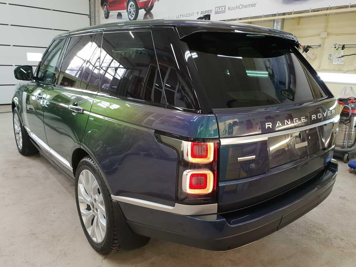 На фото корма автомобиля Range Rover IV после обработки керамикой.