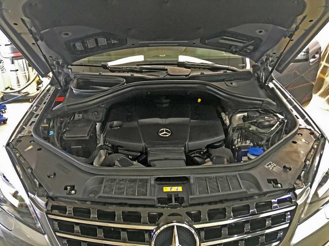 Смотреть на фото мотор у Mercedes-Benz ML после обработки немецким консервантом.