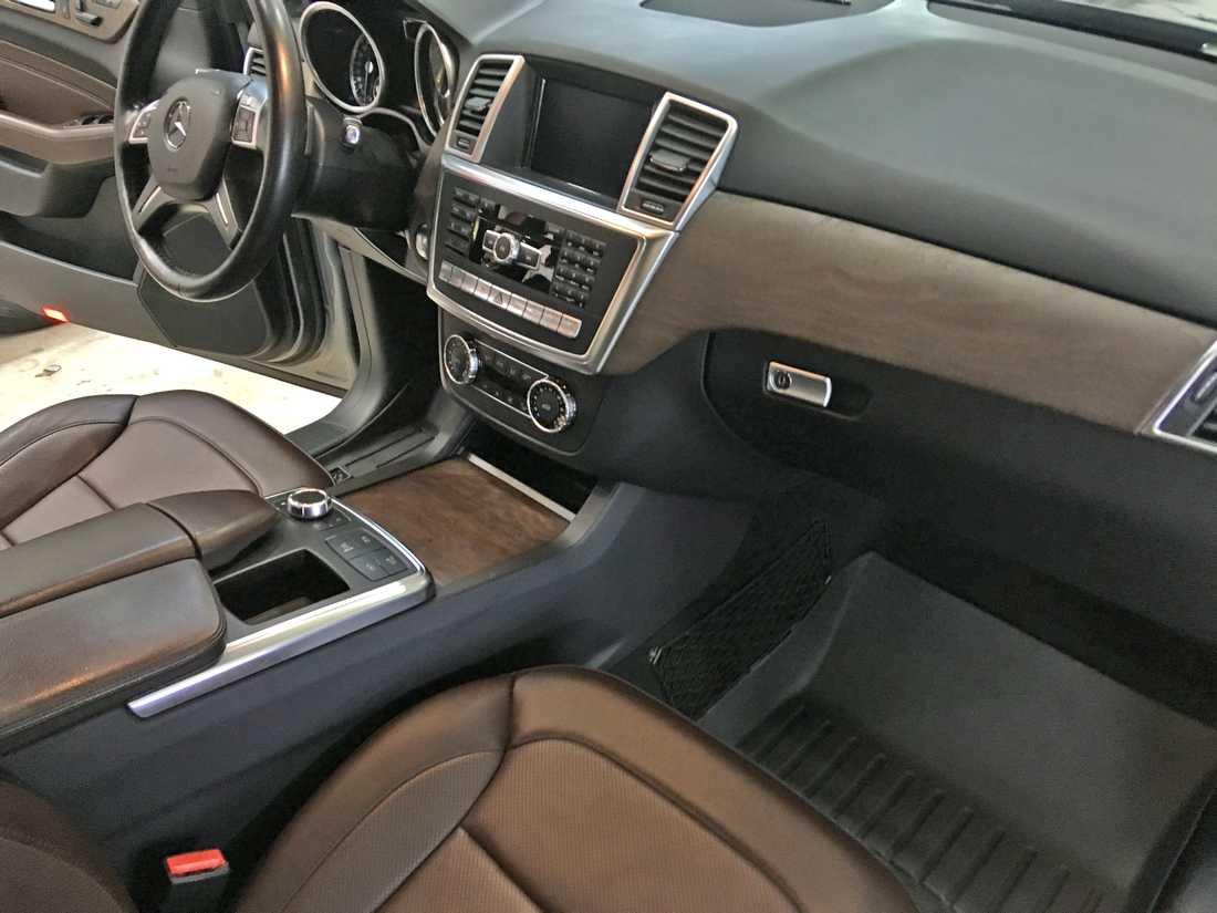 Смотреть фото салона у Mercedes-Benz ML после обработки защитными пропитками.