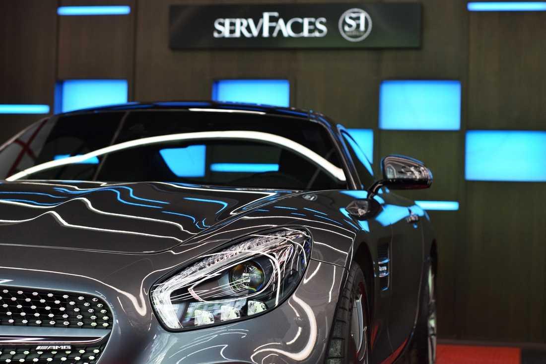На фото автомобиль, обработанный жидким стеклом ServFaces Ceramic Suave.