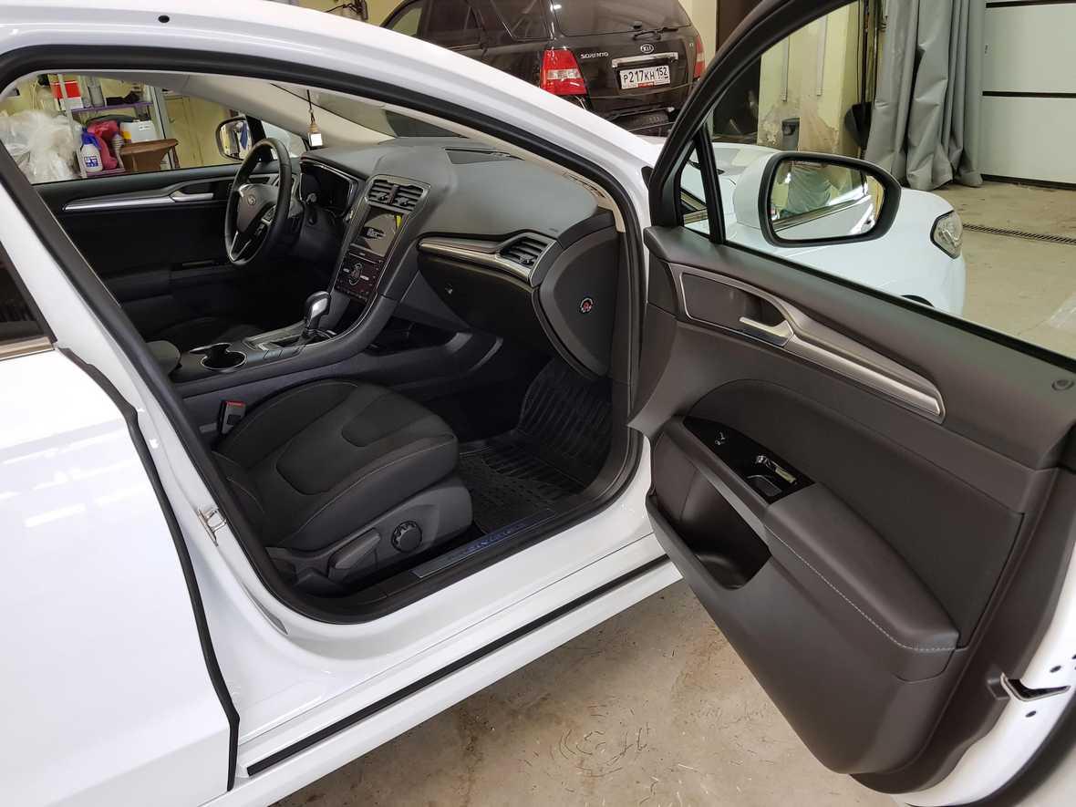 Смотреть на фото салон автомобиля Ford Mondeo после химчистки в детейлинге «DT GARAGE 33»