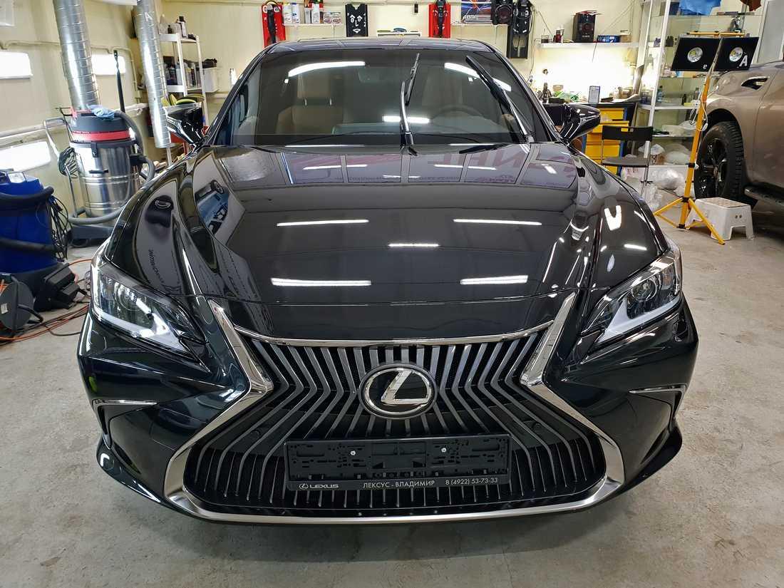 Смотреть на фото капот и фары автомобиля Lexus ES250 после обработки керамикой 9H++.