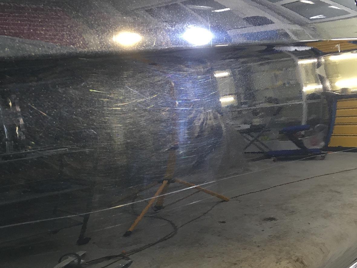 Смотреть фото царапин на борту Mercedes-Benz CL-klasse до полировки.