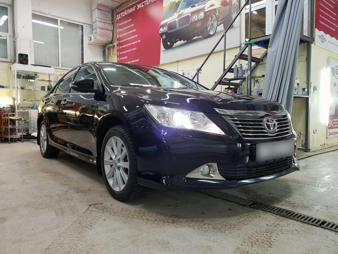Смотреть на фото автомобиль Toyota Camry после полировки и обработки керамикой.