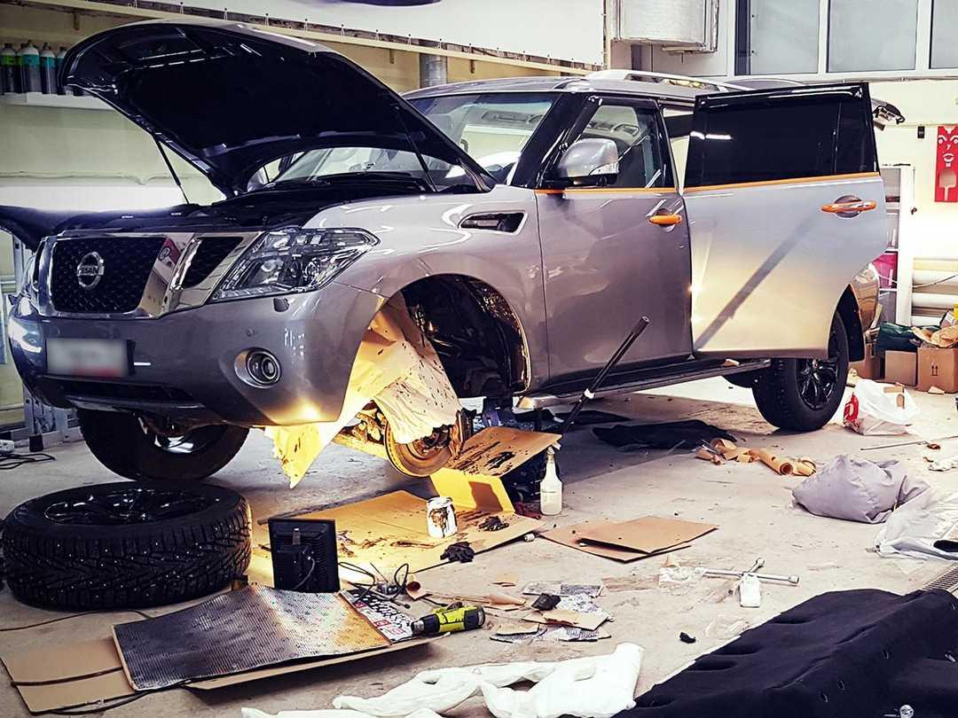 Смотреть на фото порядок выполнения шумоизоляции арок у автомобиля Nissan Patrol.