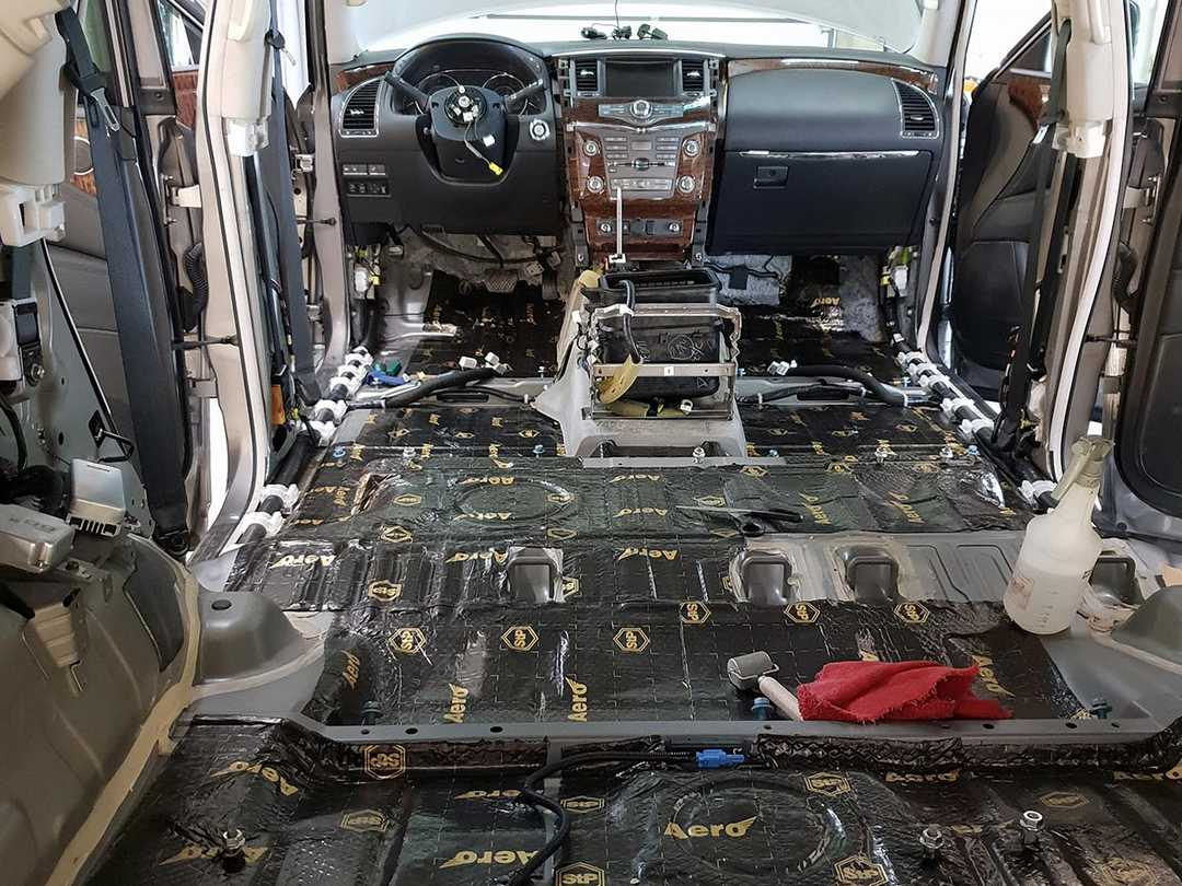 Смотреть на фото, как правильно сделать шумоизоляцию пола у автомобиля Nissan Patrol