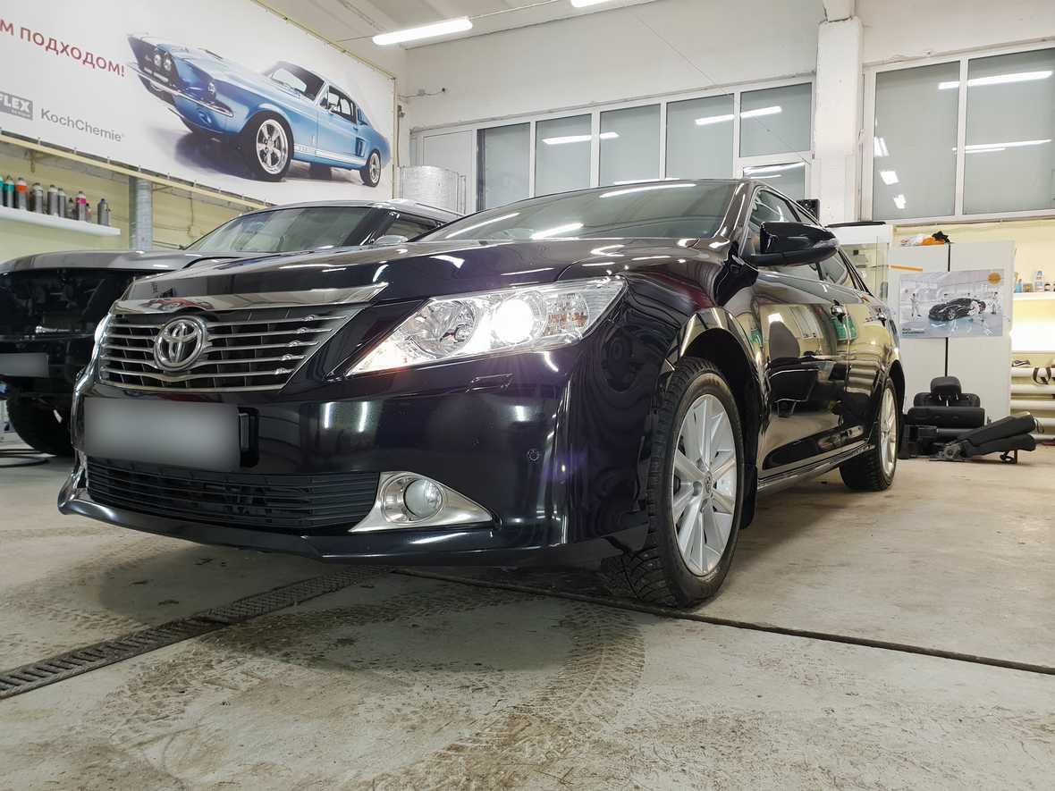 Смотреть фото салона автомобиля Тойота Камри после химчистки и обработки консервантами.