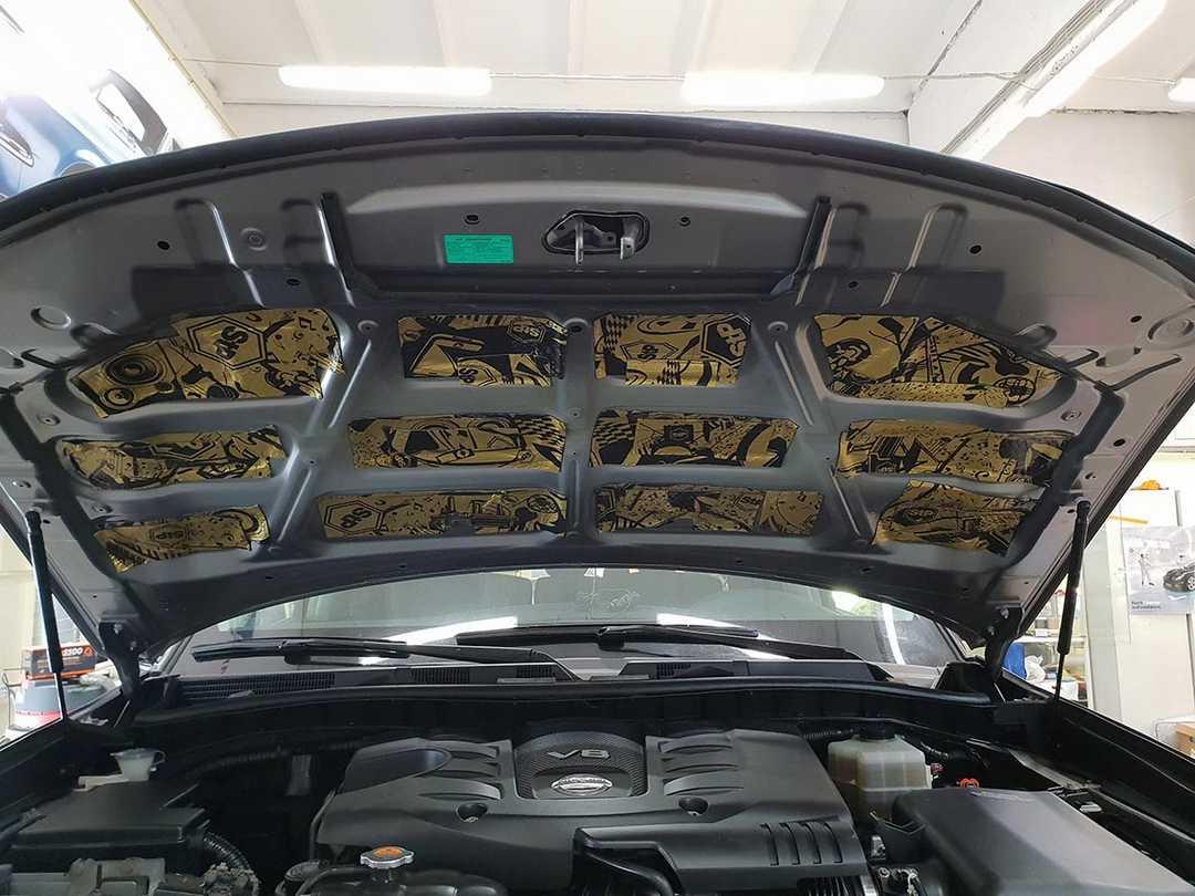 Смотреть на фото, как правильно устанавливать шумку в крышку капота автомобиля Nissan Patrol.