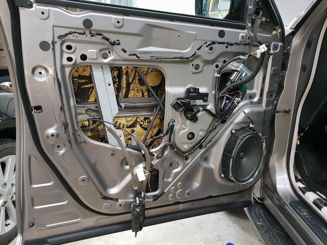 Смотреть на фото, как правильно зашумить дверь автомобиля своими руками?