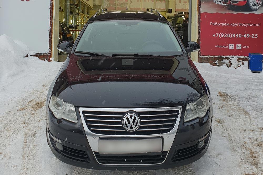 Смотреть на фото капот Volkswagen Passat 2008 года после удаления сколов на капоте и бампере.