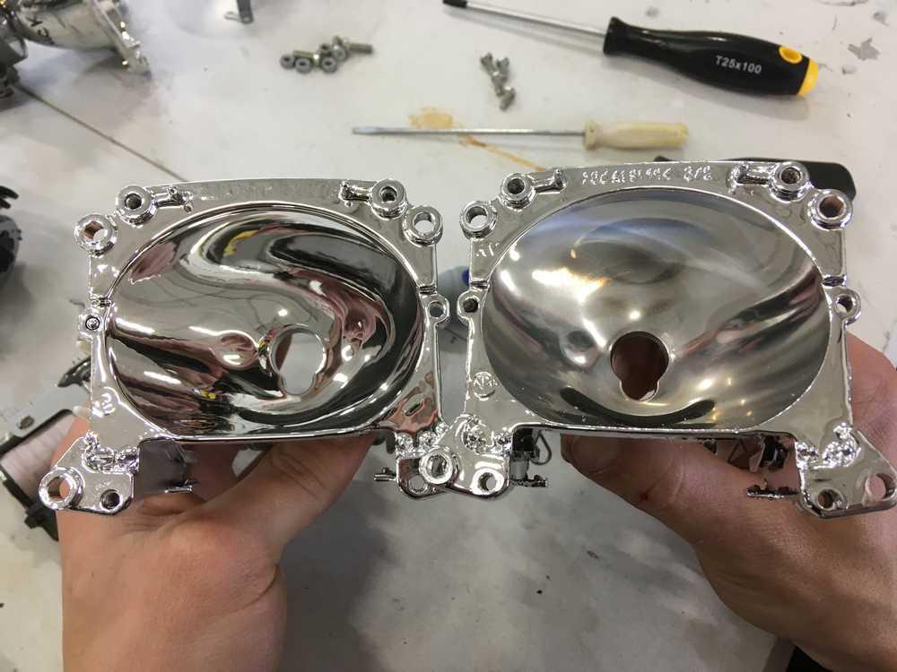 Смотреть на фото разницу между новым и старым отражателем. На фото отражатели фар автомобиля BMW e70.