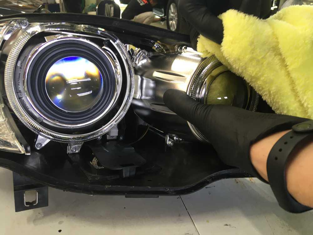 Смотреть на фото процесс обратной сборки фары BMW e70.