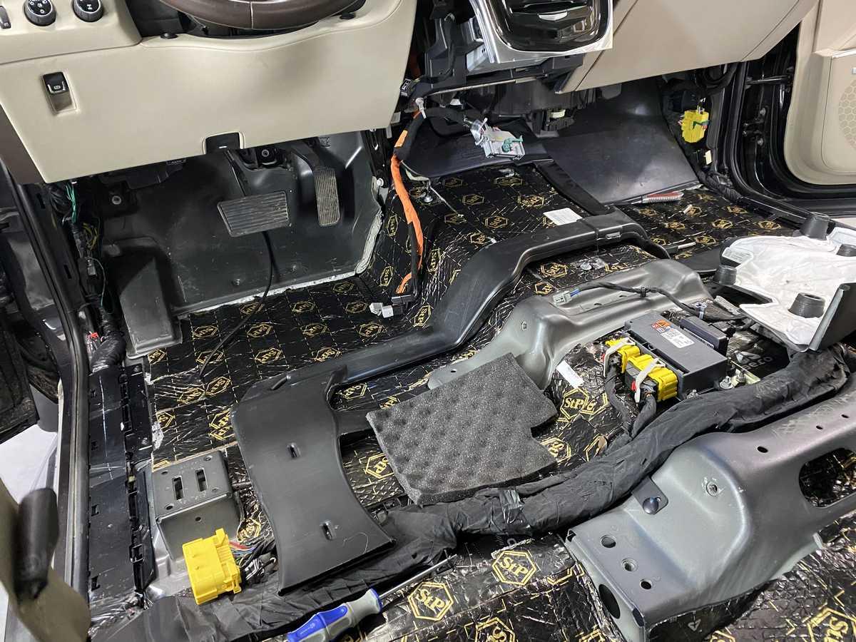 На фото процесс разборки салона автомобиля в «DT GARAGE 33»
