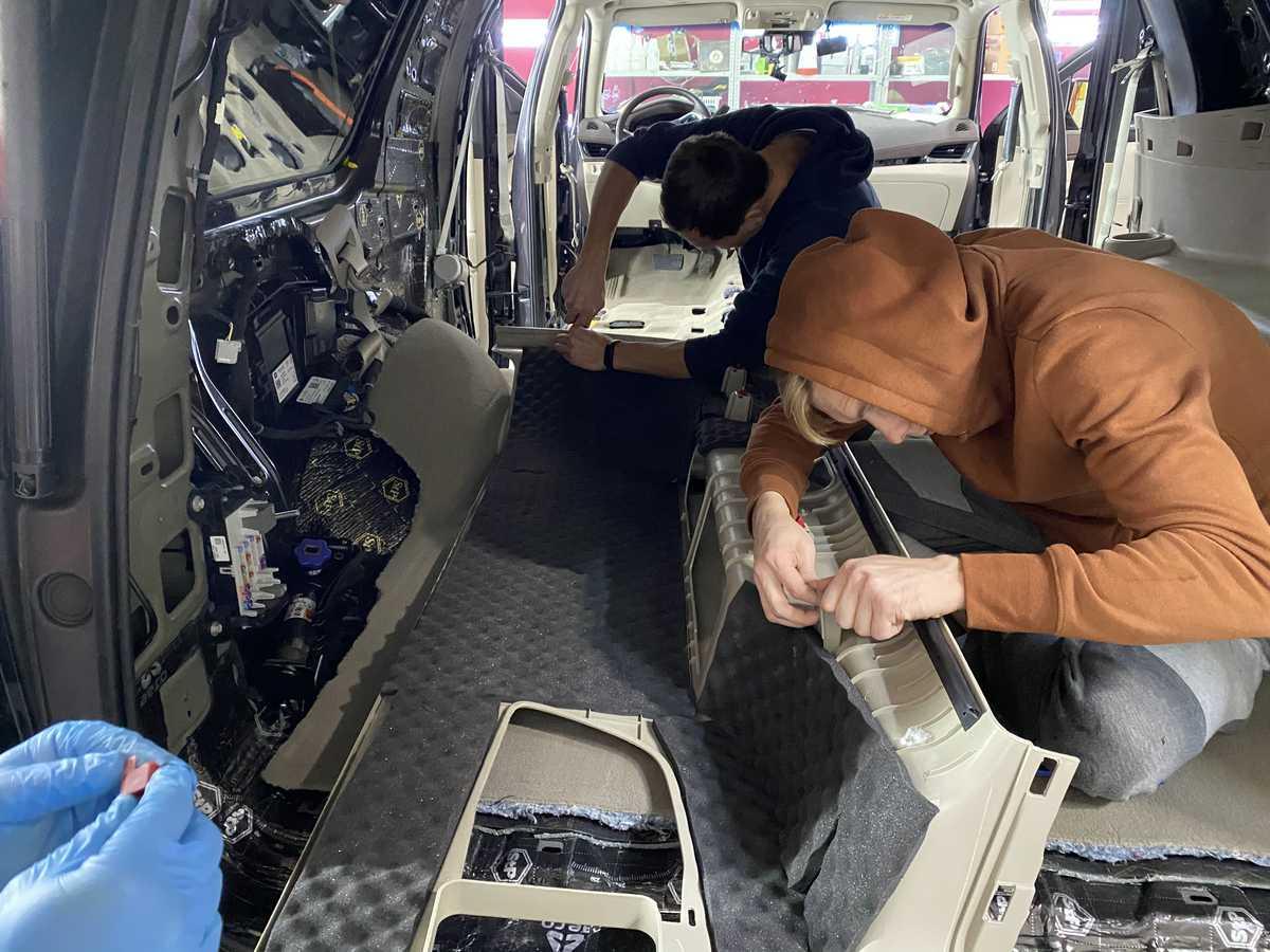 Смотреть на фото процесс установки шумоизоляции Biplast Premium. Город Владимир, 2020-ый год.