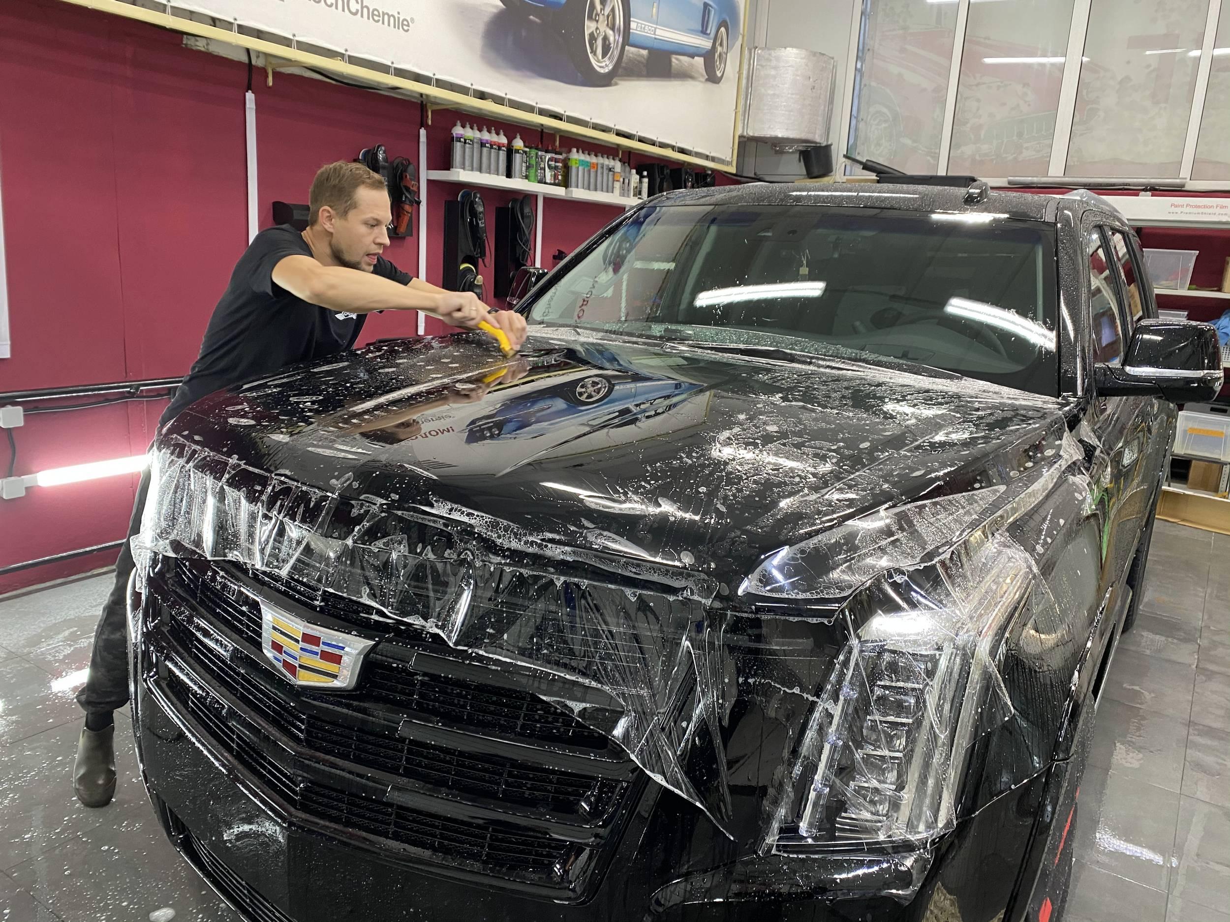 Смотреть на фото автомобиль Cadillac Escalade в антигравийной пленке PremiumShield.