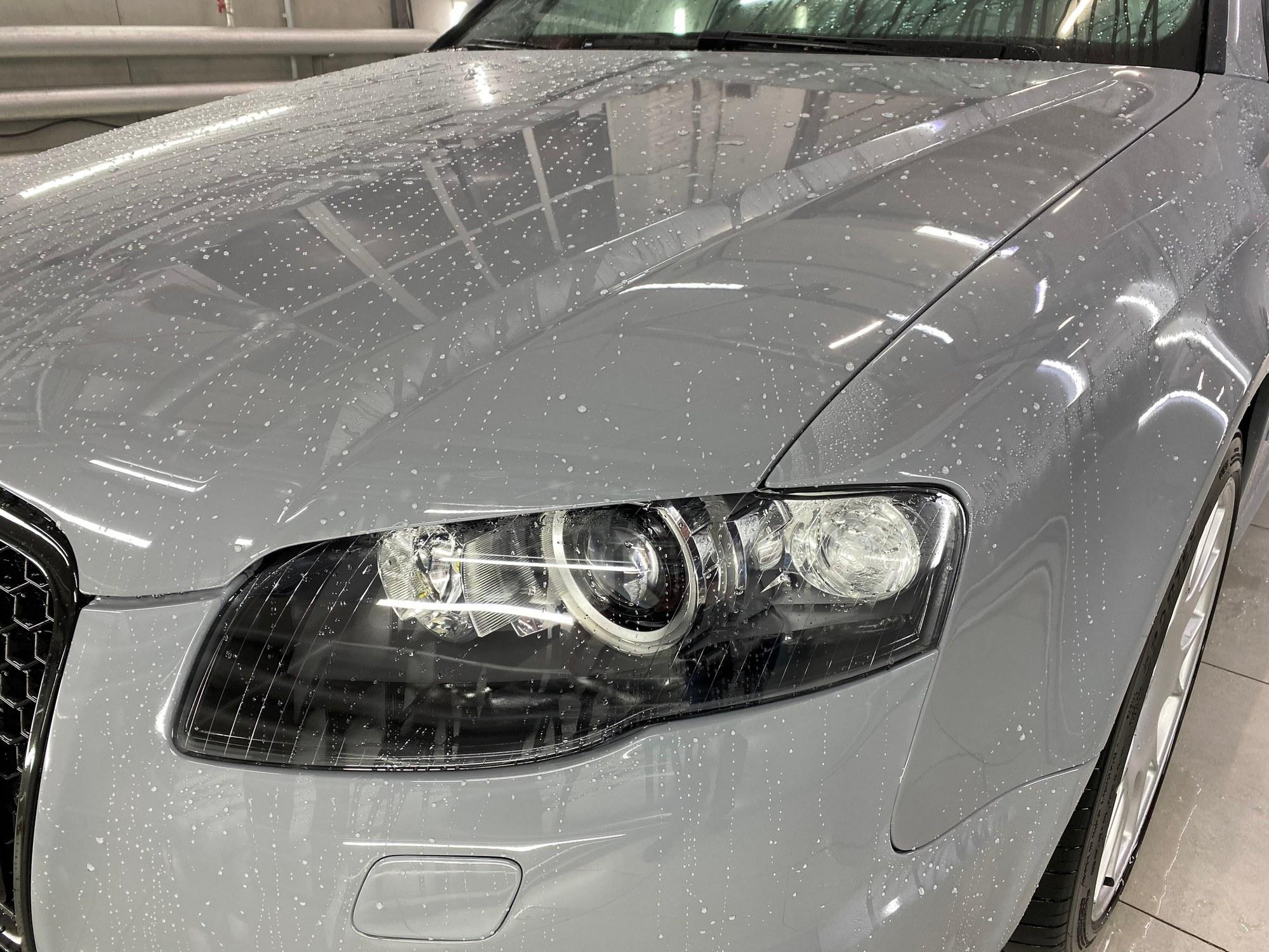 На фото эффект лотоса на кузове автомобиле Audi.