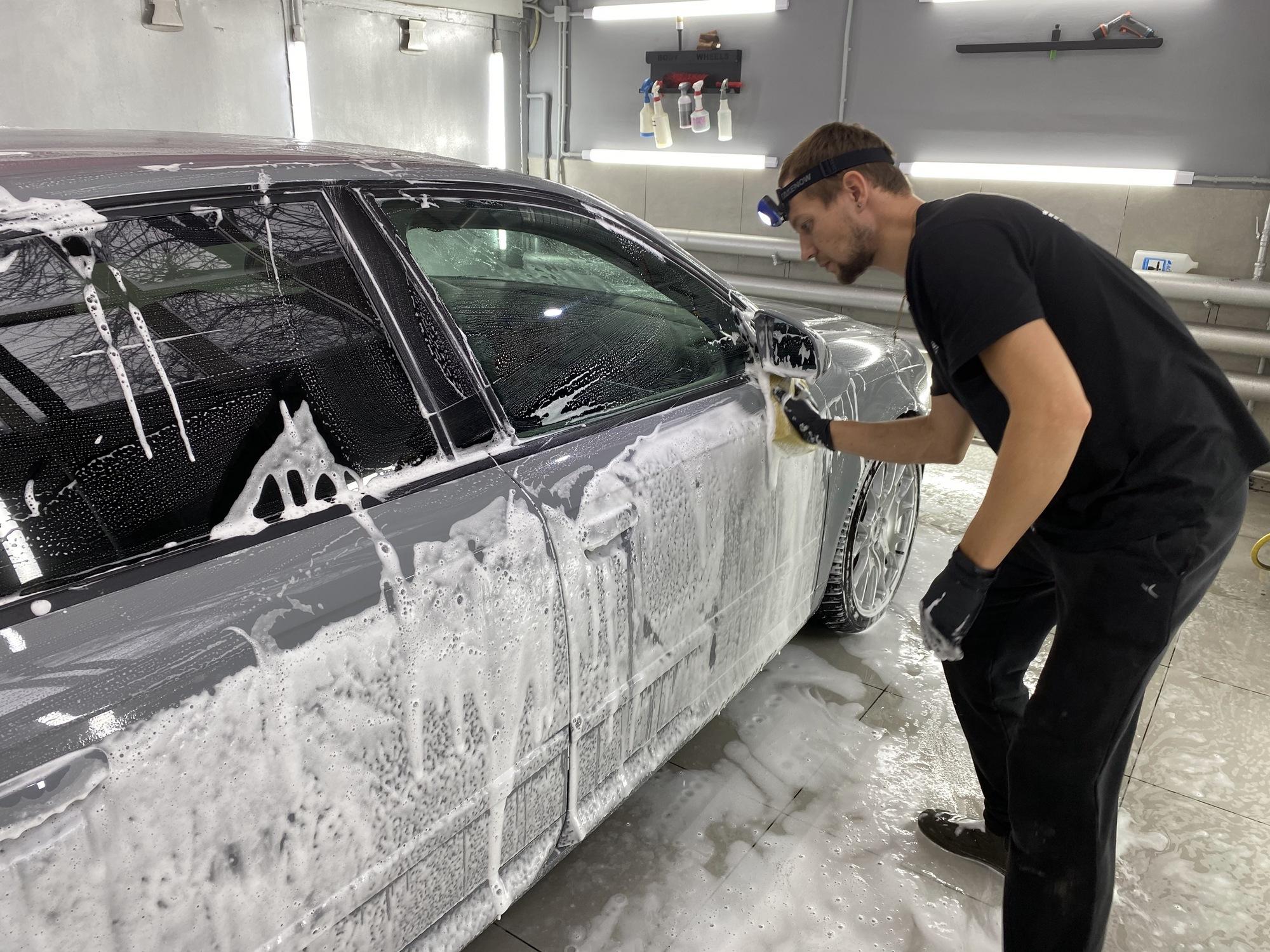 Смотреть на фото, как правильно мыть машину вручную.