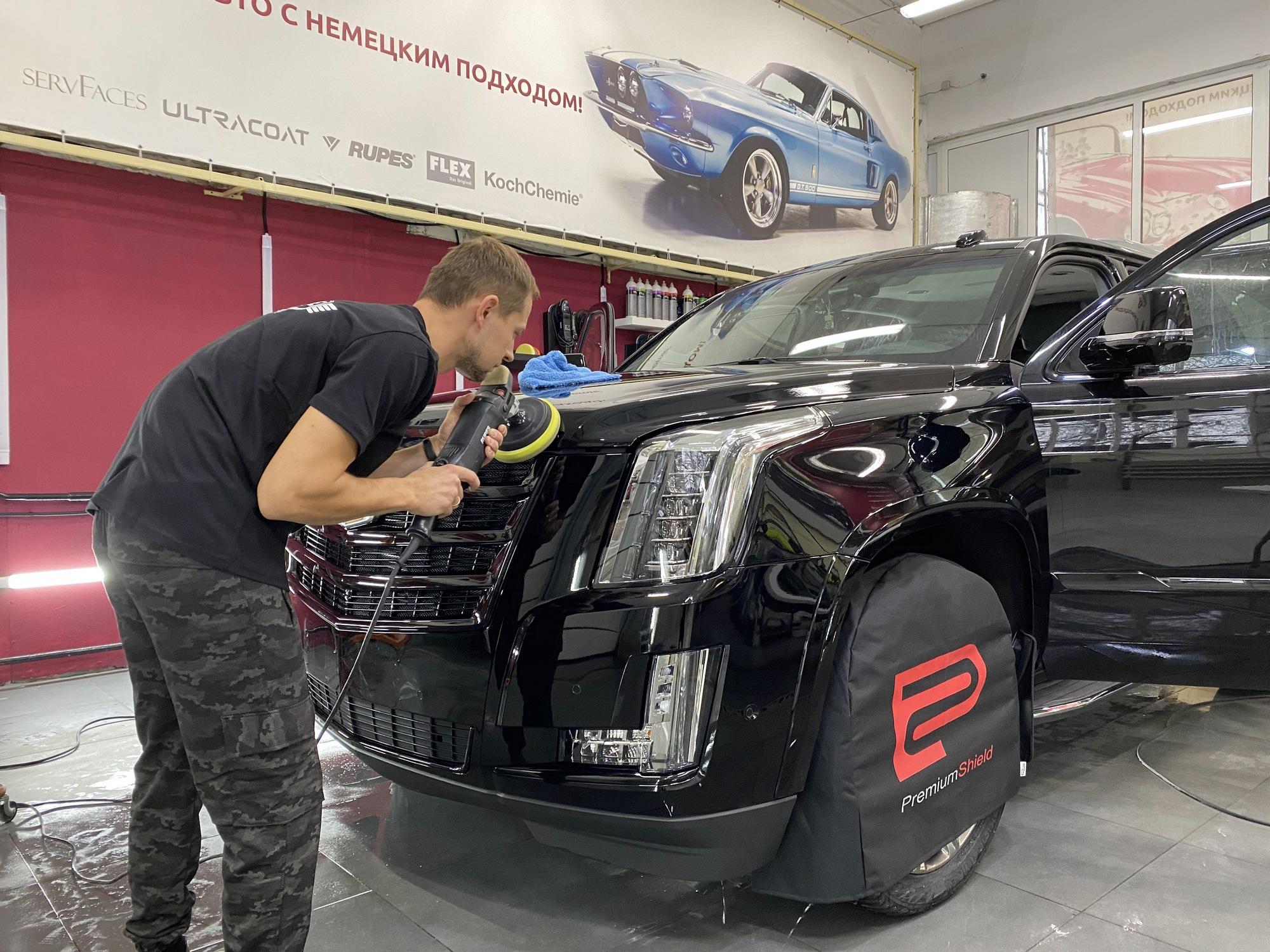 Смотреть на фото процесс полировки автомобиля Кадиллак машинкой Rupes.