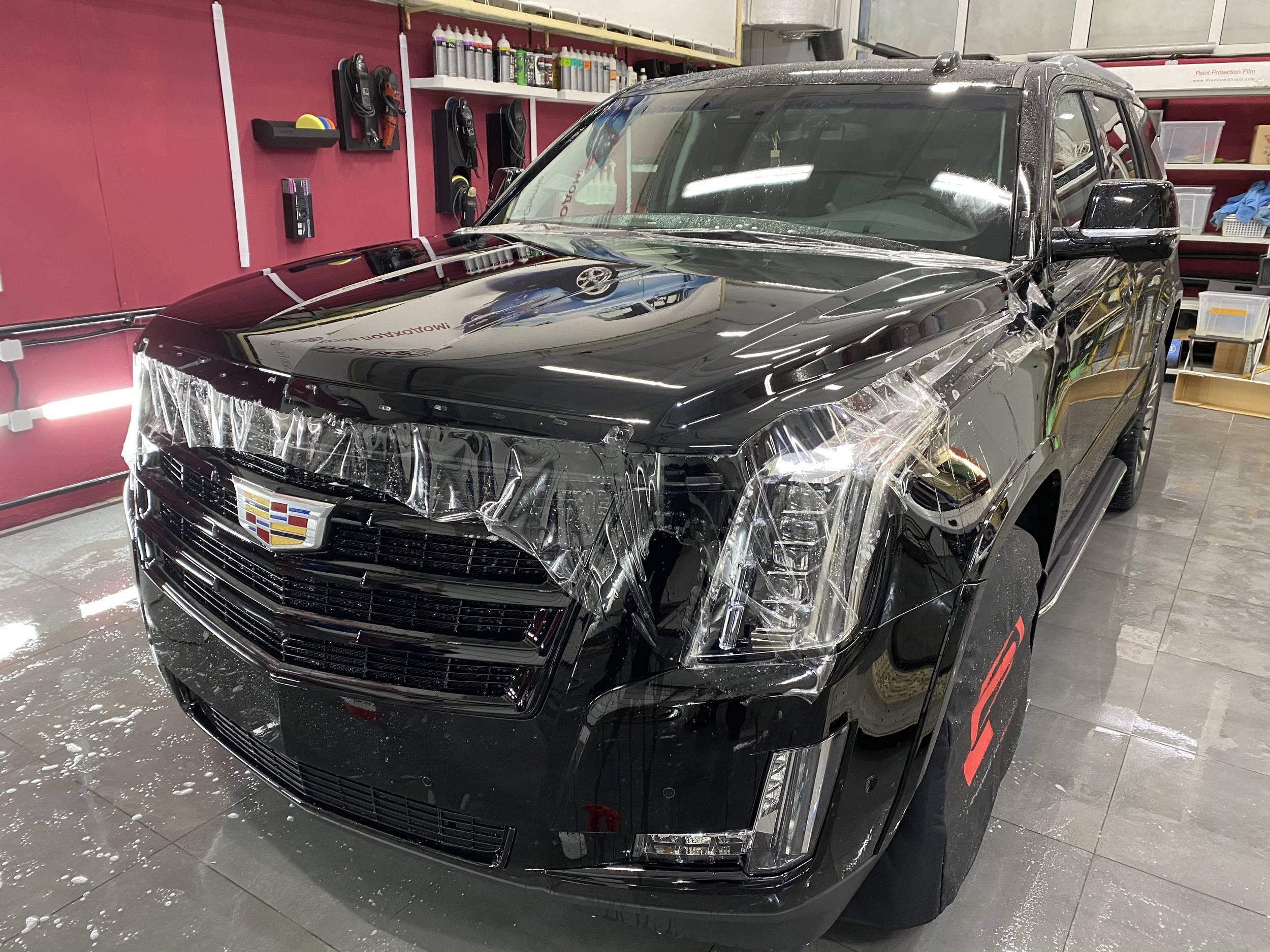 Смотреть на фото капот кроссовера Cadillac Escalade после оклейки полиуретановой пленкой.