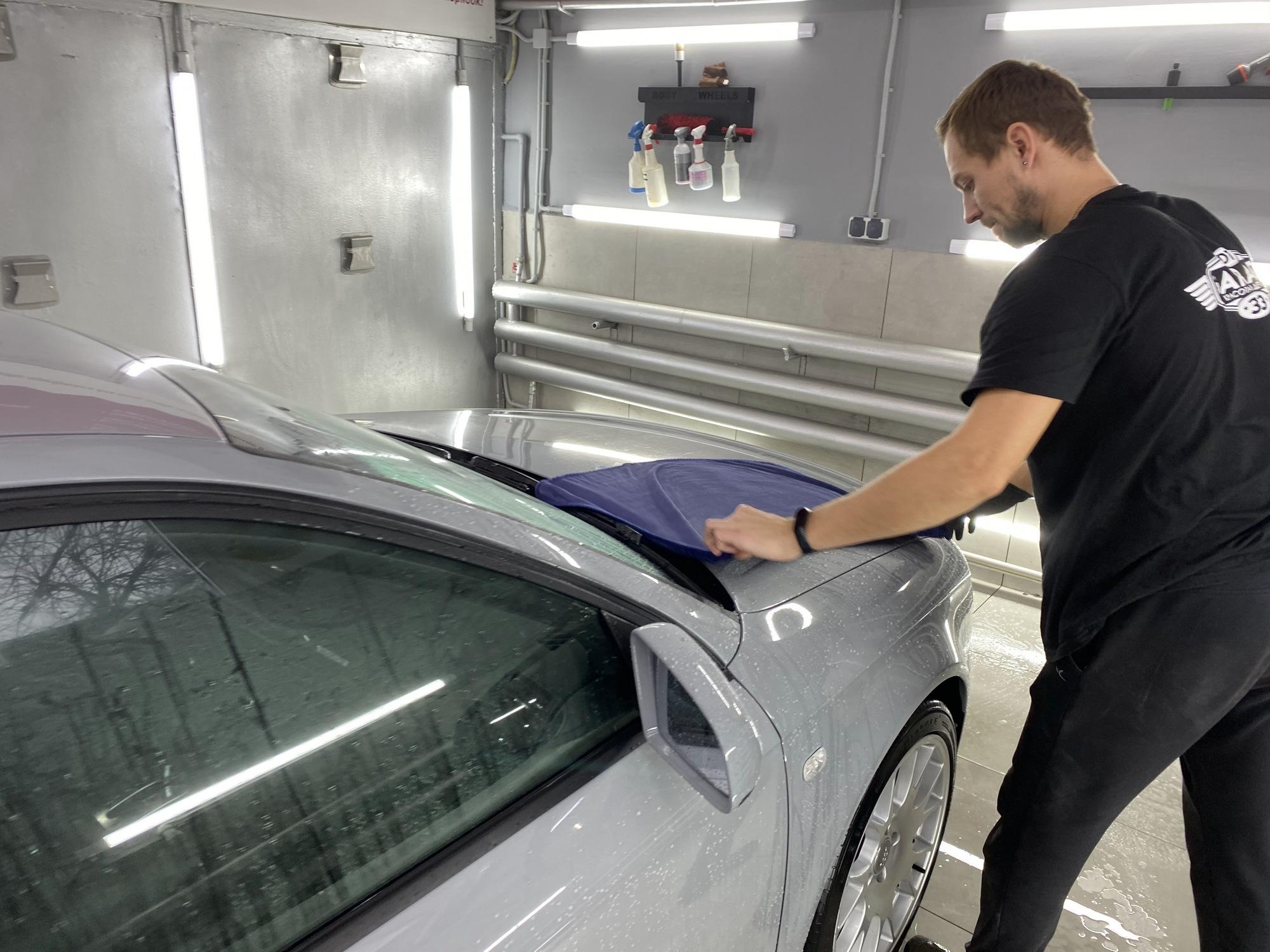 Удаление воды с кузова автомобиля с помощью полотенца из микрофибры.