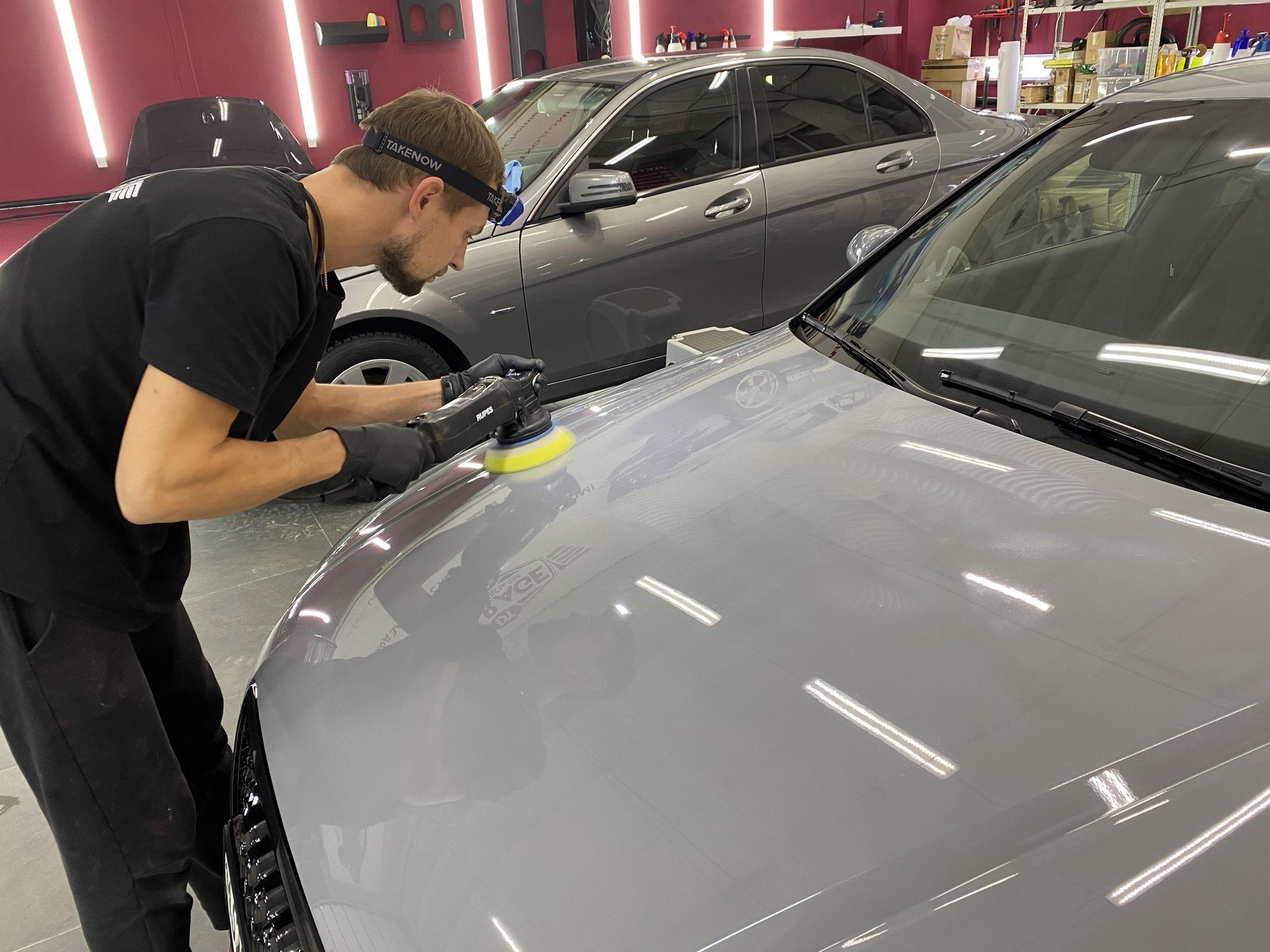 Смотреть на фото, как правильно наносить гидрофобный состав на машину?