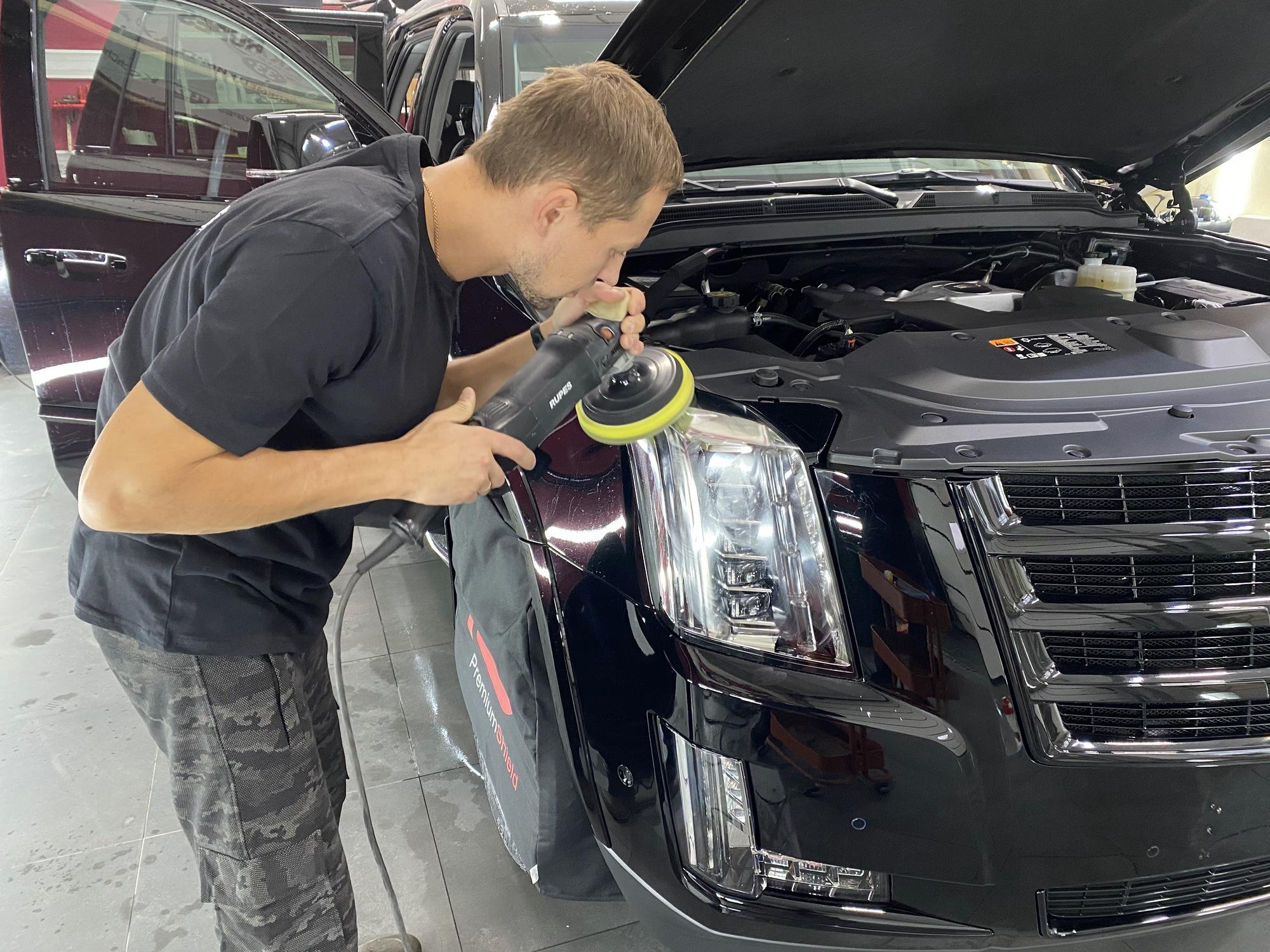 Смотреть на фото, как правильно полировать фары автомобиля.