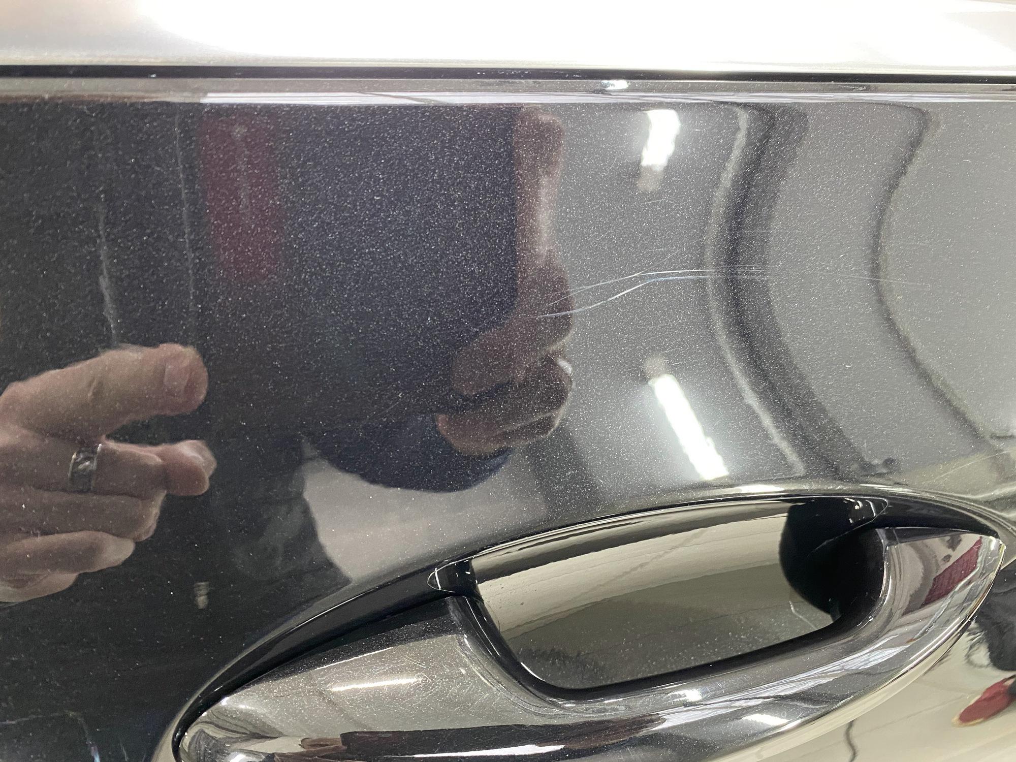 На фото царапины, которые нужно убрать перед обработкой машины гидрофобом.