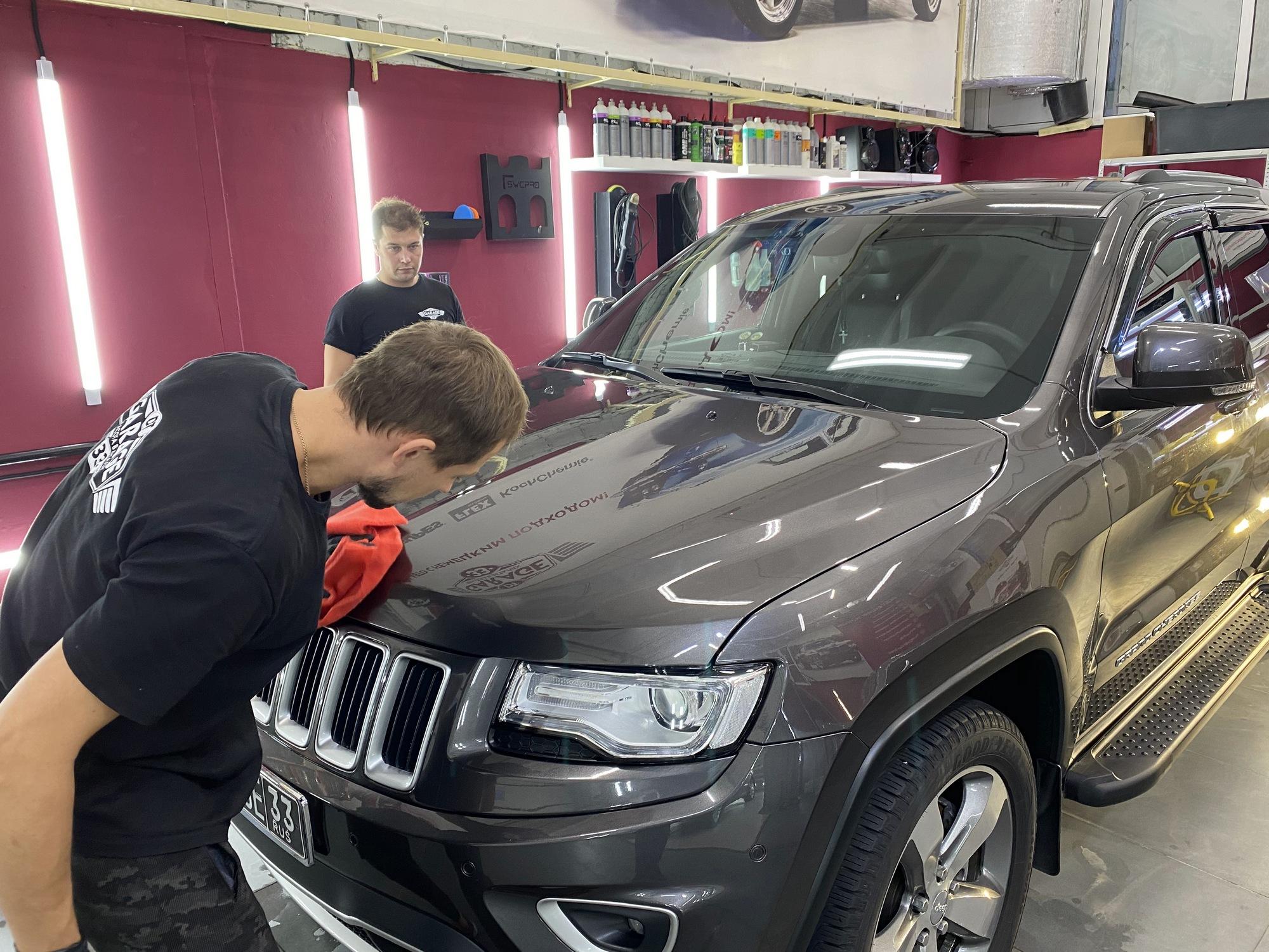 Смотреть на фото, как происходит обработка автомобиля защитой от воды и грязи.