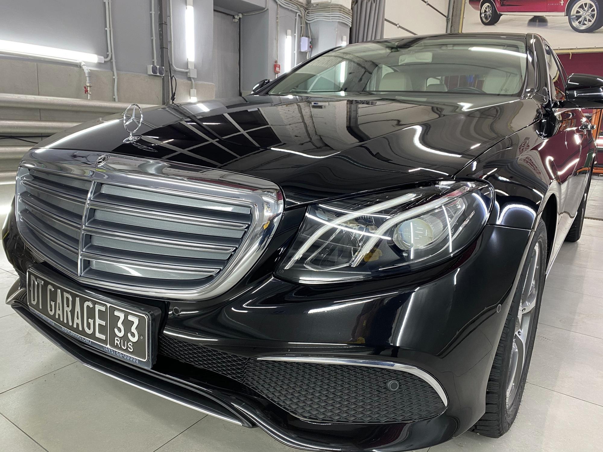 Смотреть на фото автомобиль Мерседес черного цвета после нанесения защитного покрытия.