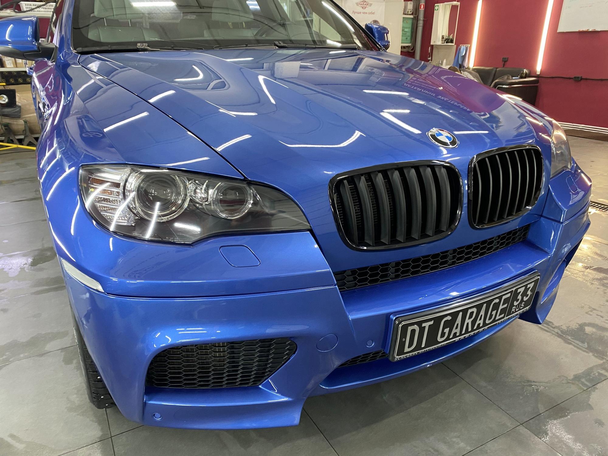 На фото автомобиль BMW после полировки и обработки профессиональным гидрофобным составом.