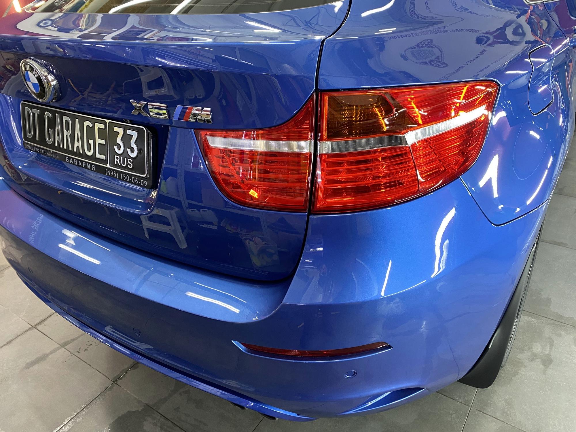 Смотреть на фото задние фонари автомобиля BMW после обработки водоотталкивающим составом.