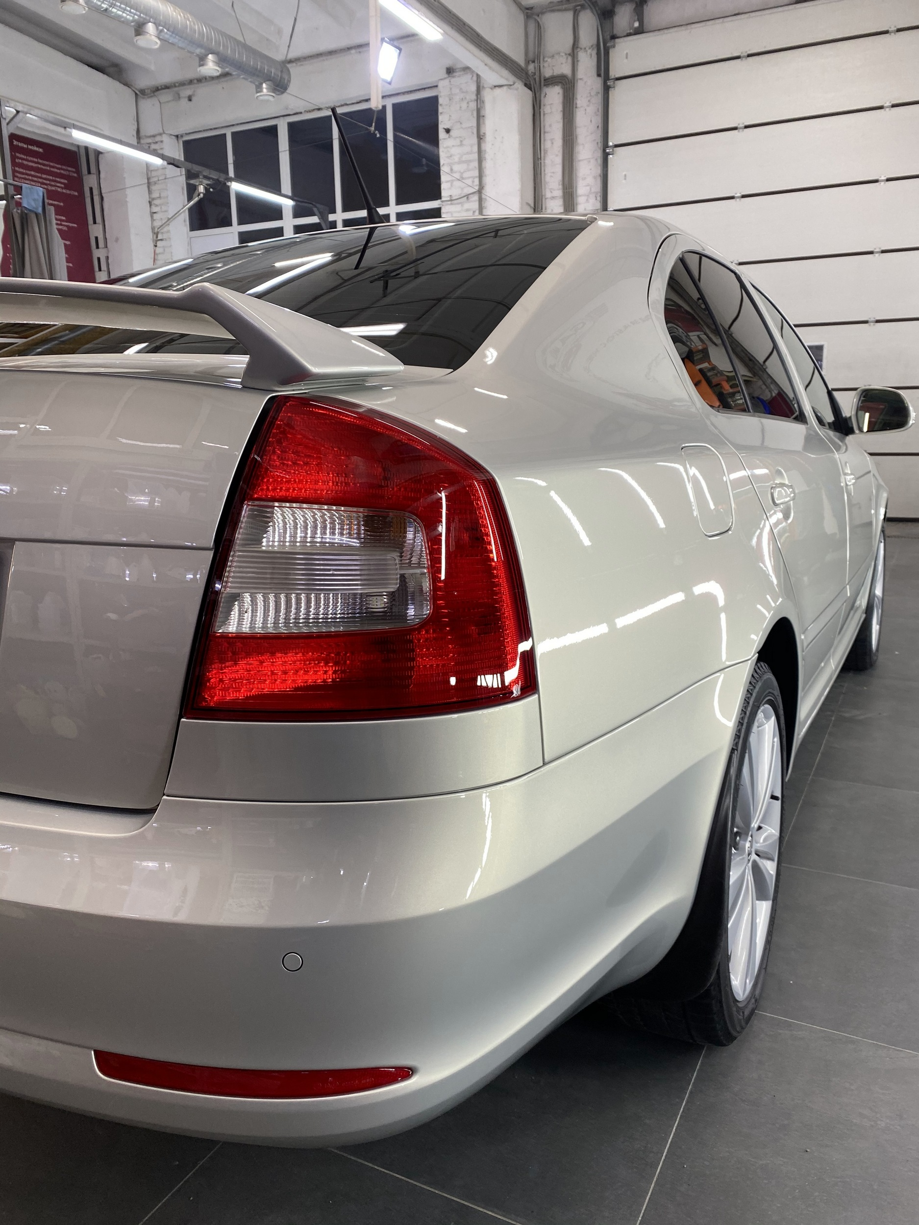 Смотреть на фото задние фонари у автомобиля Шкода Октавиа после бронирования антигравийной пленкой.